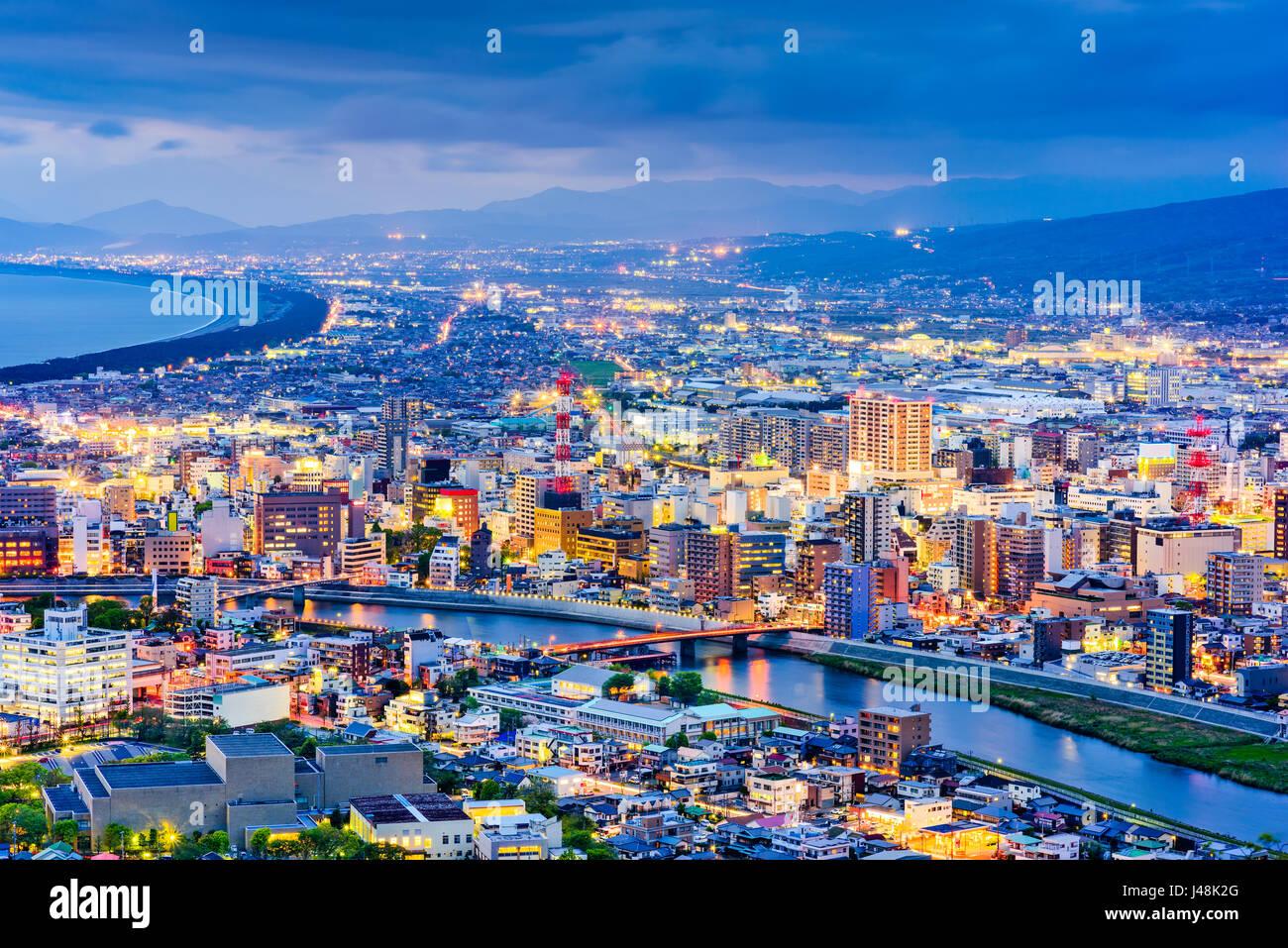 Skyline von Numazu, Japan in der Dämmerung. Stockbild