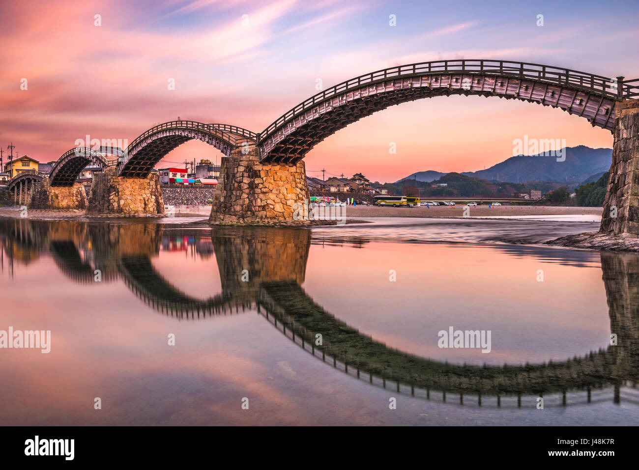 Iwakuni, Hiroshima, Japan bei Kintai-Brücke in der Abenddämmerung. Stockbild