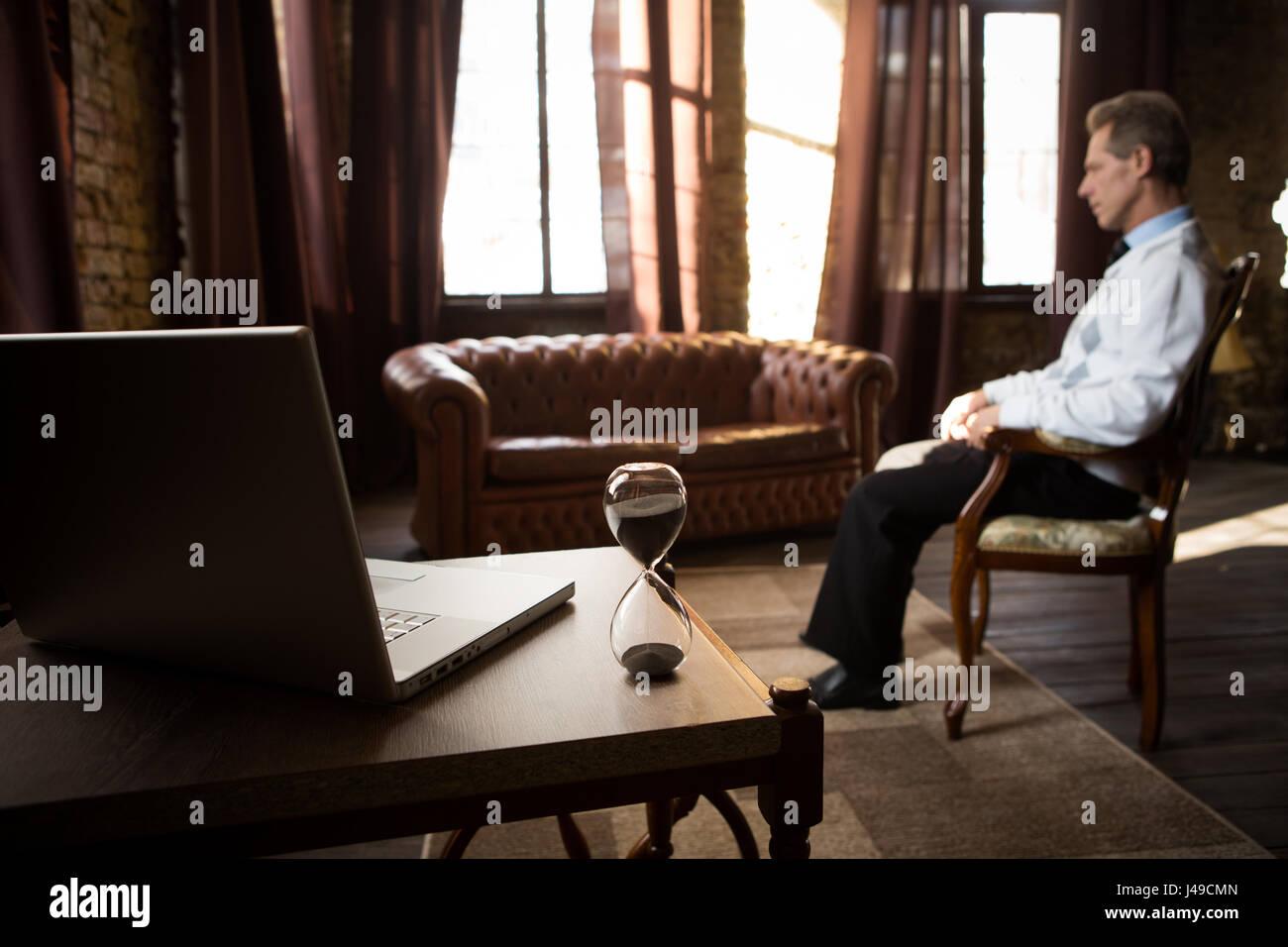 Psychologie-Konzept. Behandlung von psychischen Erkrankungen, Krankheiten usw.. Psychiater Mann in seinem Büro Stockbild