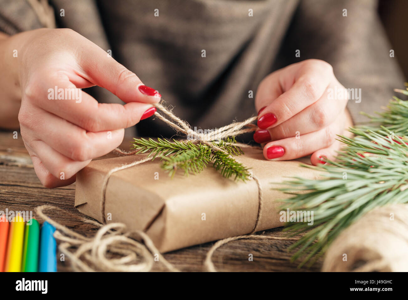 Frauenhand Weihnachtsferien handgefertigte Verpackung präsentieren ...