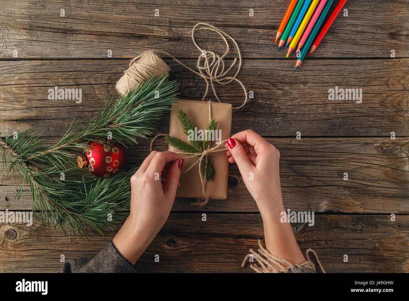 Weihnachten Hintergrund. Draufsicht der weiblichen Hände halten ...
