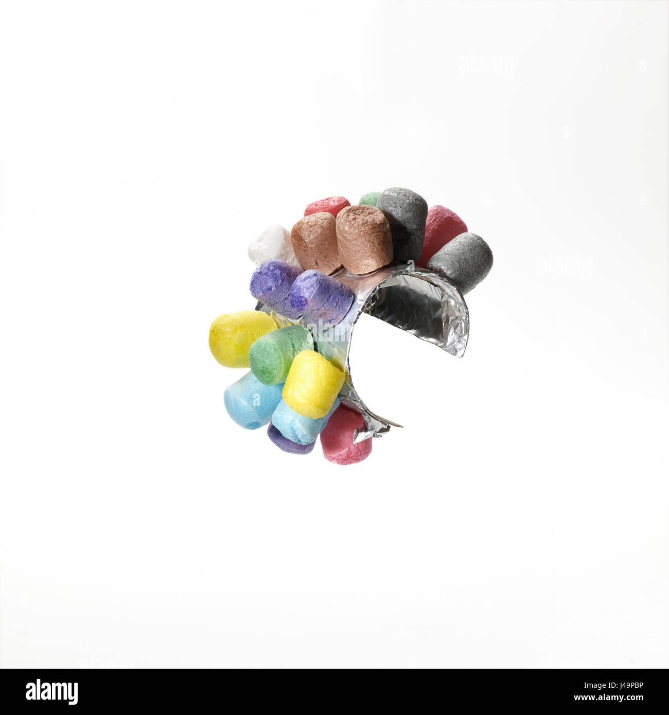 © John Angerson Element mit recycelten Junk-Ideen von 4 Jahre altes Kind in der UK England gebildet. Igel-Armband Stockbild