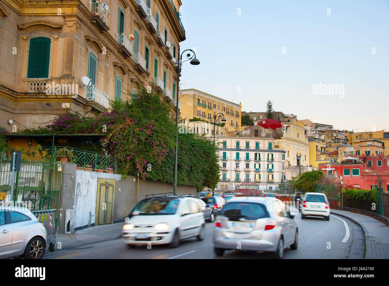 Schnellen Verkehr auf einer Naples-Straße in der Dämmerung. Italien Stockbild