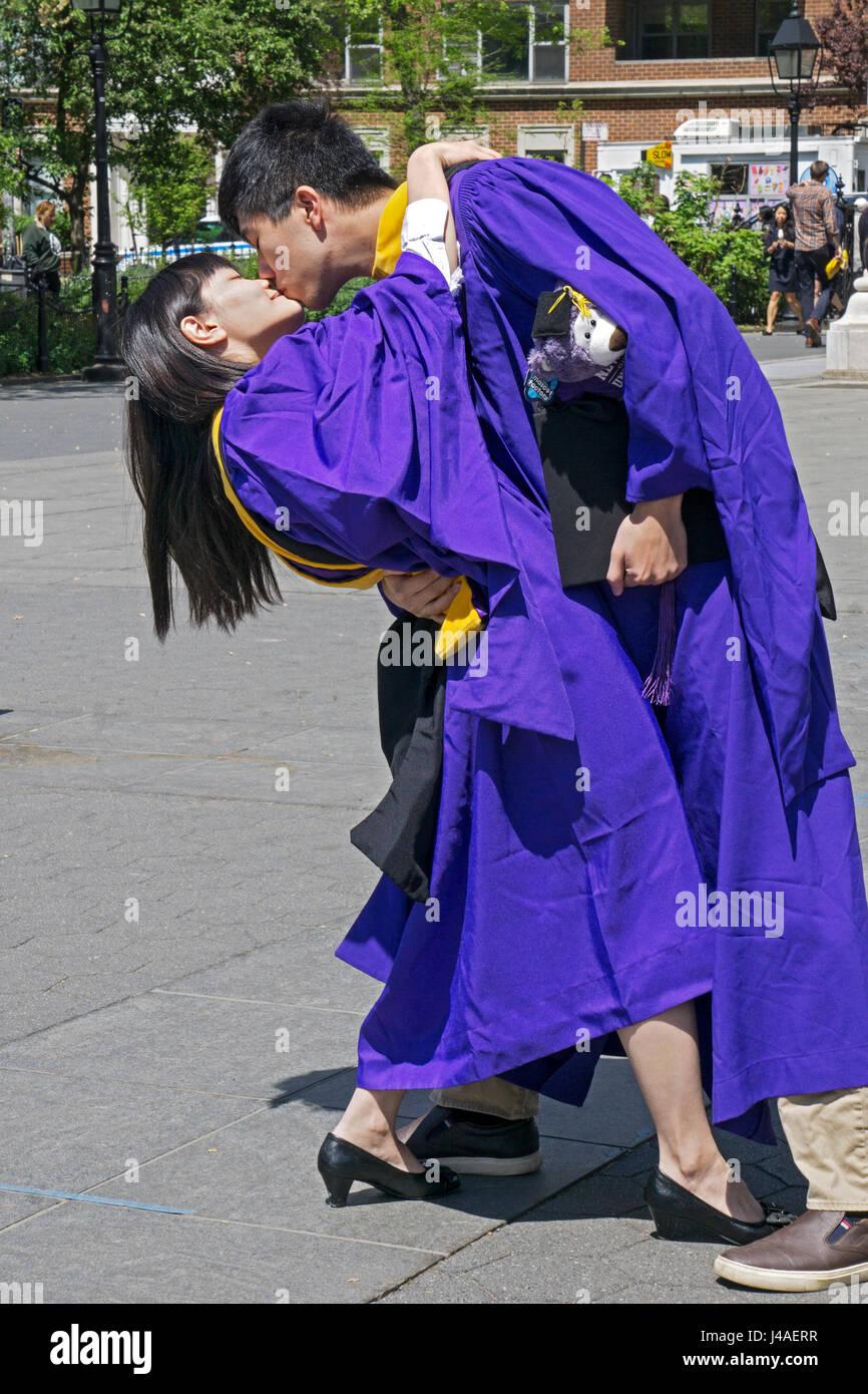 Taiwanesische Absolventen der NYU feiern immer ihren Master-Abschluss mit einem leidenschaftlichen Kuss im Washington Stockbild