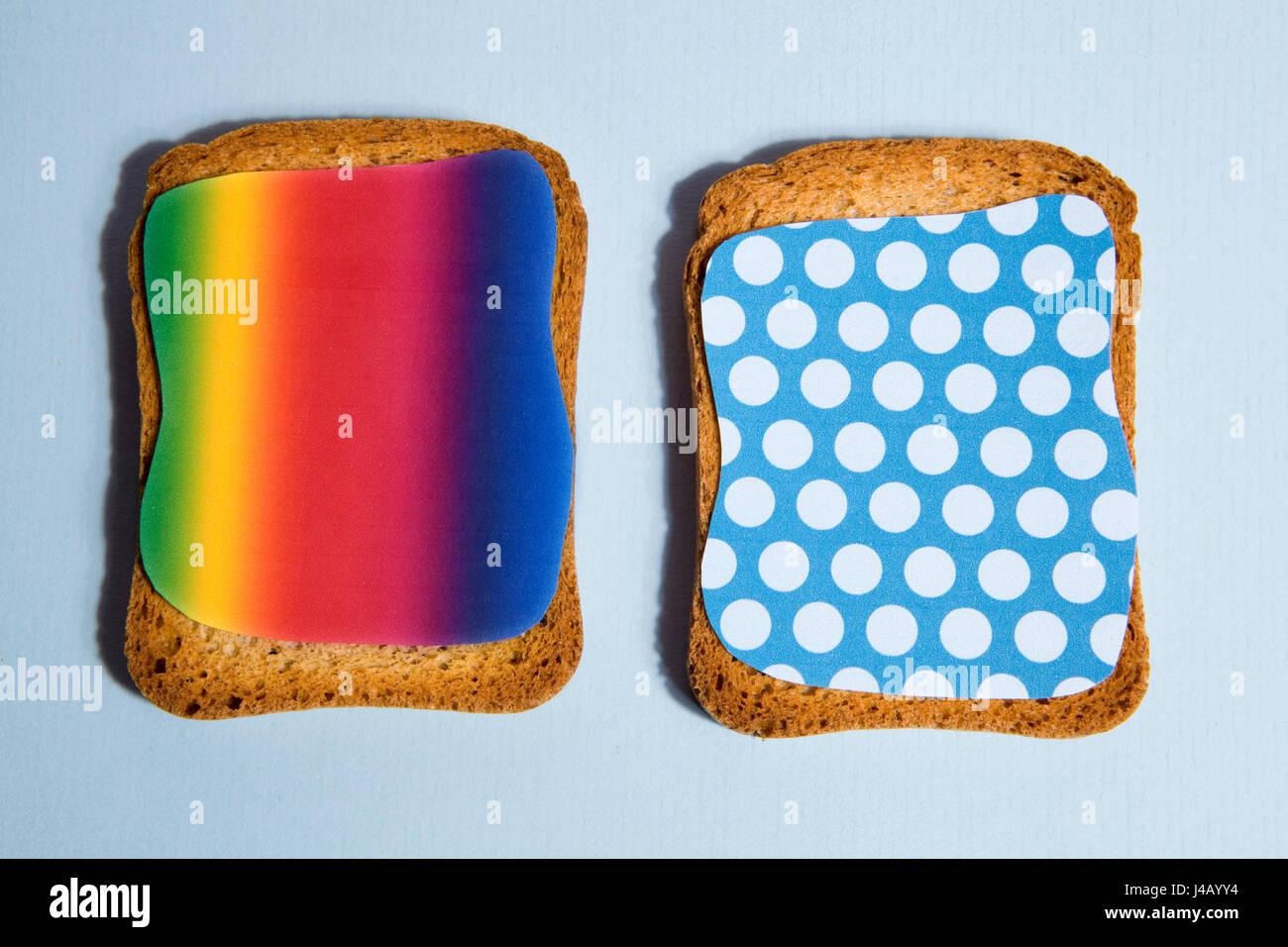 Muster-Eindruck auf einen Zwieback für Backgroung Frühstück blauen und schwarzen Schatten Stockbild