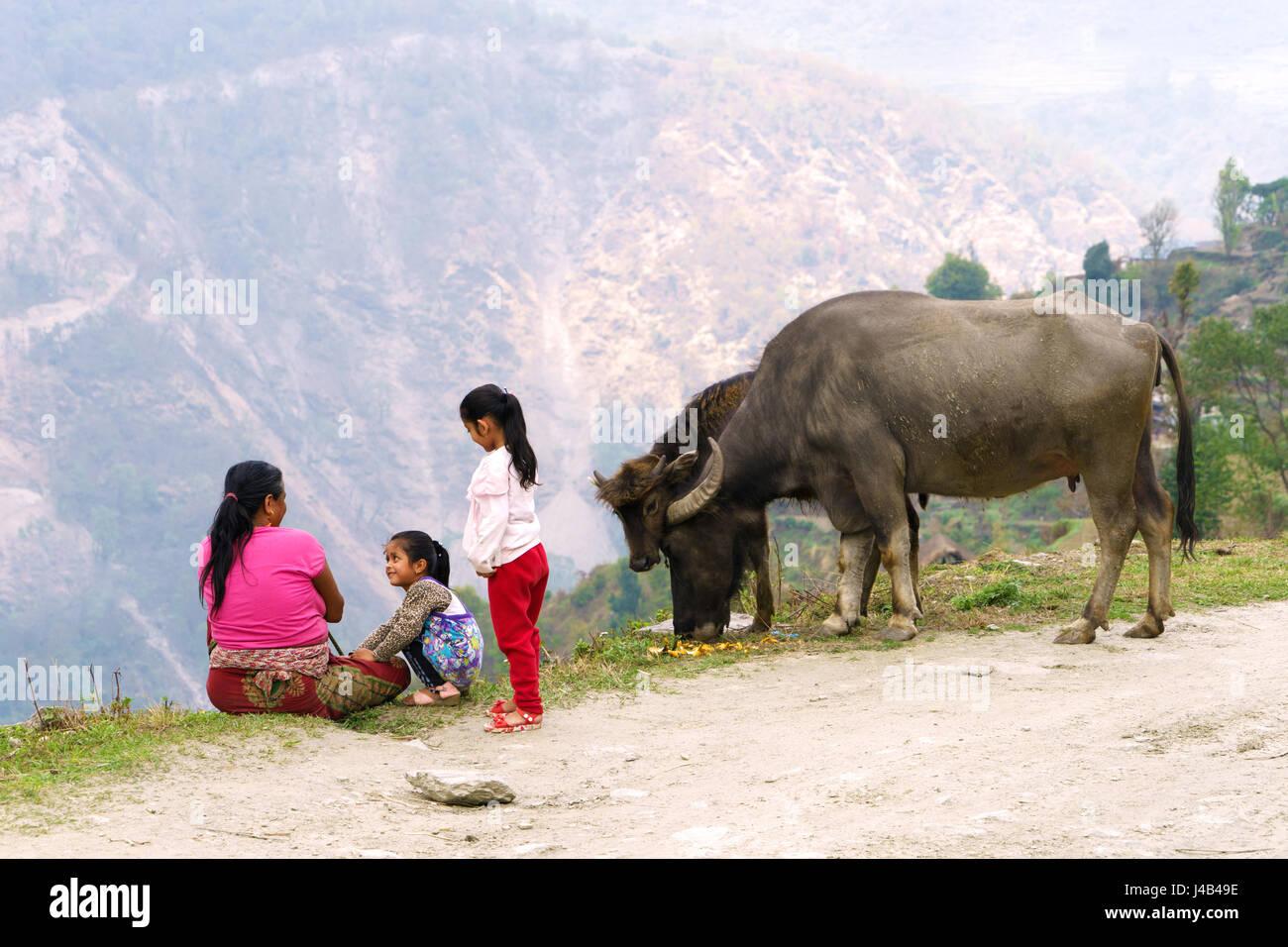 Nepalesische Frau mit ihren Töchtern in der Nähe von Landruk, Annapurna Region. Stockbild