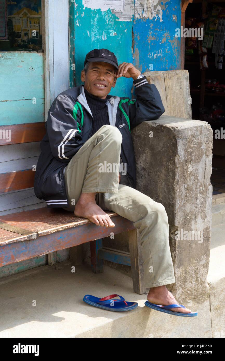 Nepalesischen Mann sitzt auf einer Bank, bahundanda, Annapurna region Stockbild