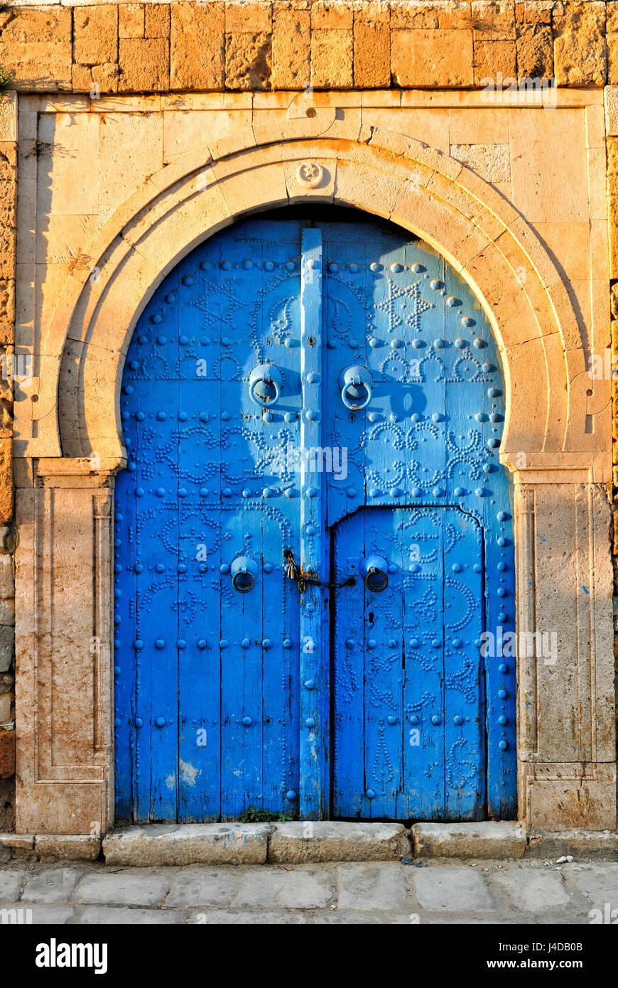 torbogen mit blauen beschlagene t r afrika nordafrika tunesien sidi bou sagte stockfoto. Black Bedroom Furniture Sets. Home Design Ideas