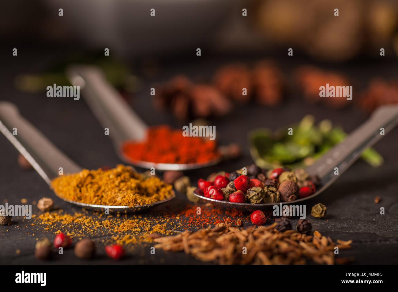 Nahaufnahme von Spice Auswahl auf grauem Schiefer Arbeitsplatte Stockbild
