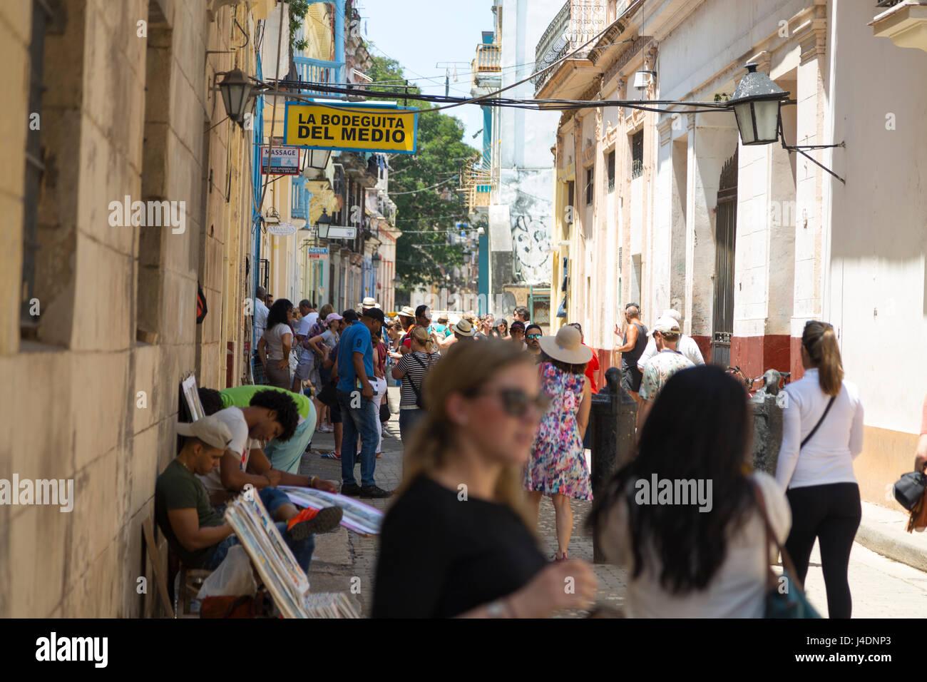 Bodeguita del Medio Bar voller Menschen in Havanna, Kuba Stockbild