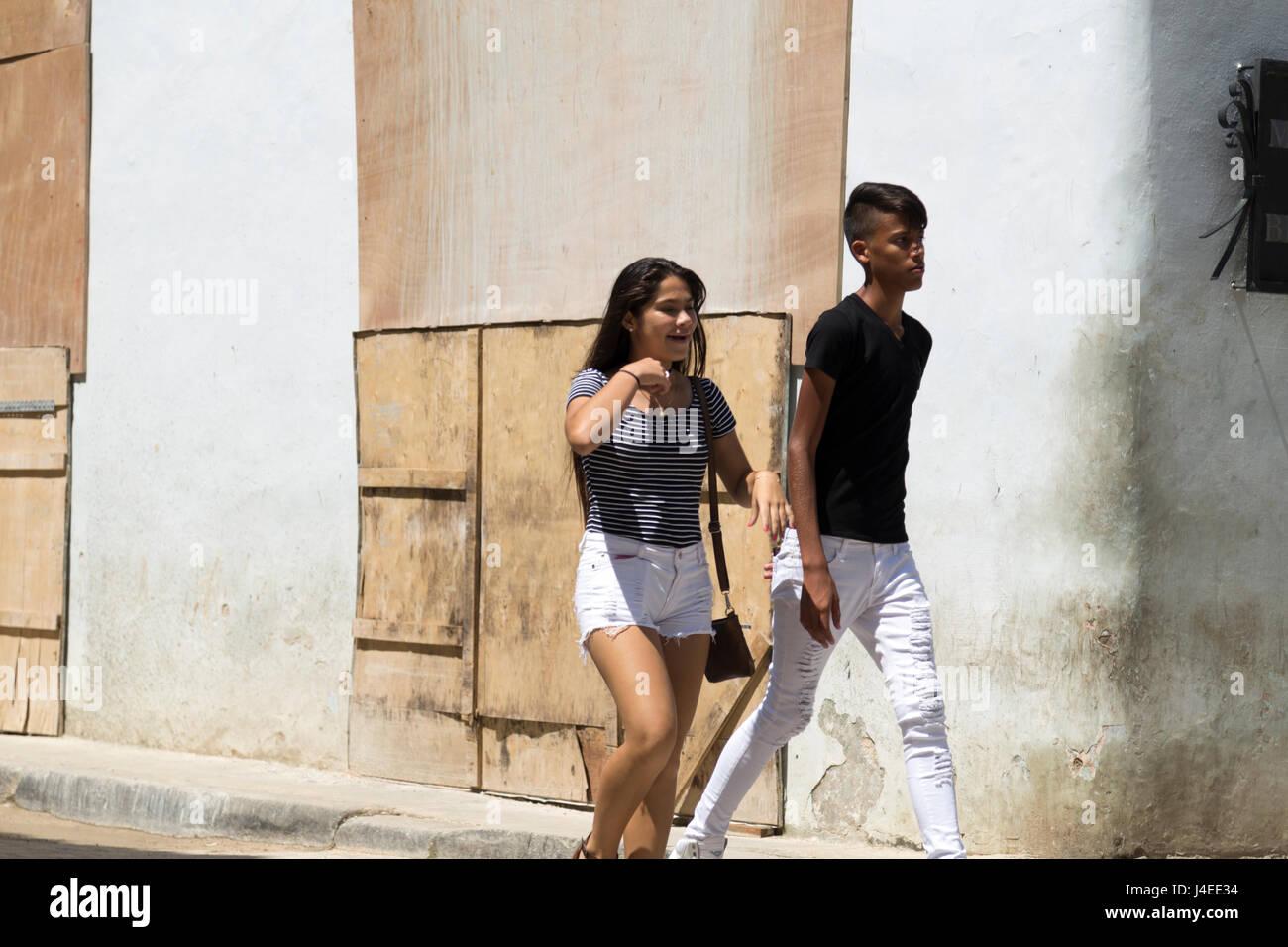 Paar der jungen Kubaner Wandern in Havanna, Kuba Stockbild