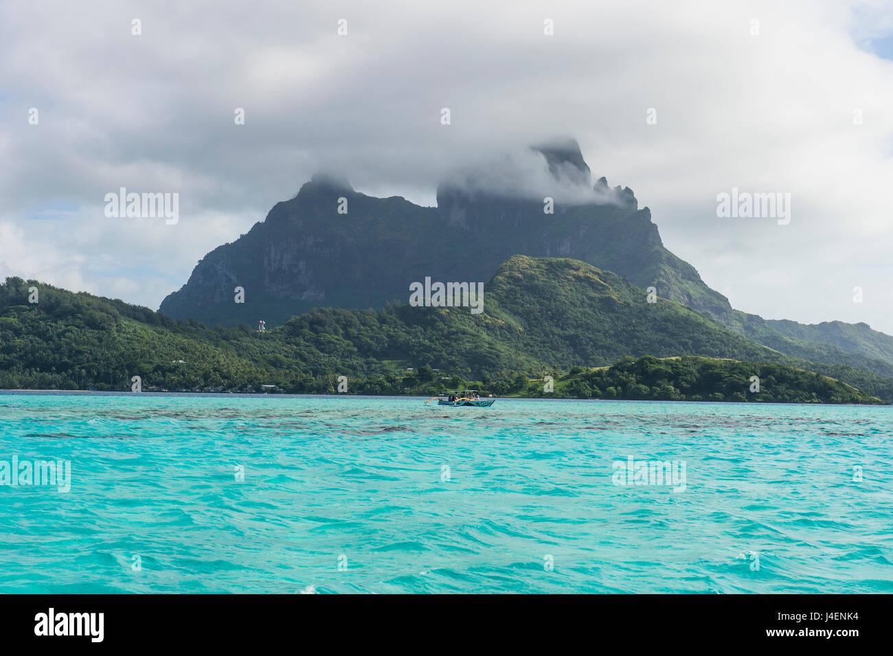 Das Vulkangestein in türkisfarbenen Lagune von Bora Bora, Gesellschaftsinseln, Französisch-Polynesien, Stockbild