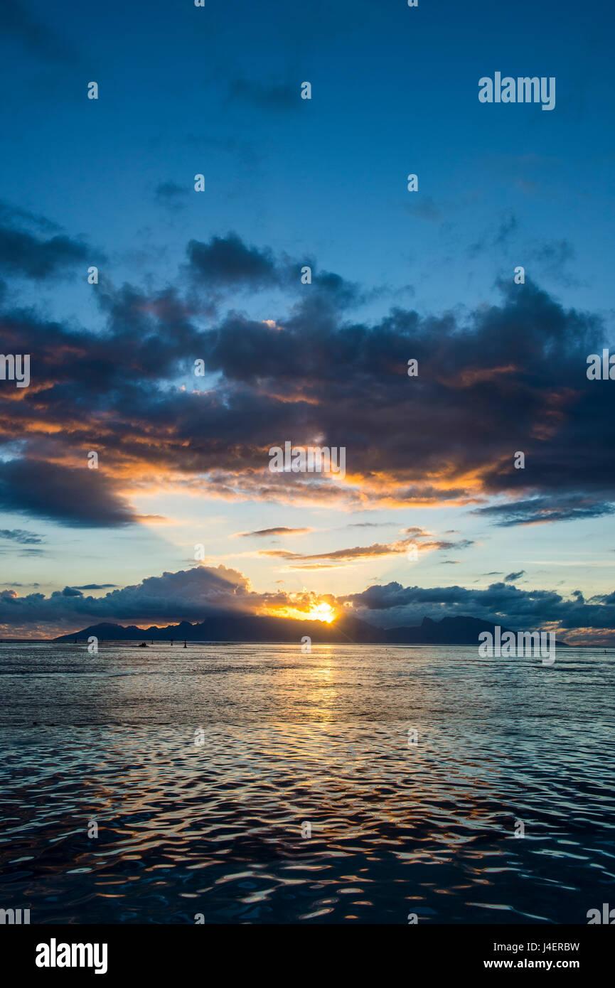 Dramatischen Sonnenuntergang über Moorea, Papeete, Tahiti, Gesellschaftsinseln, Französisch-Polynesien, Stockbild