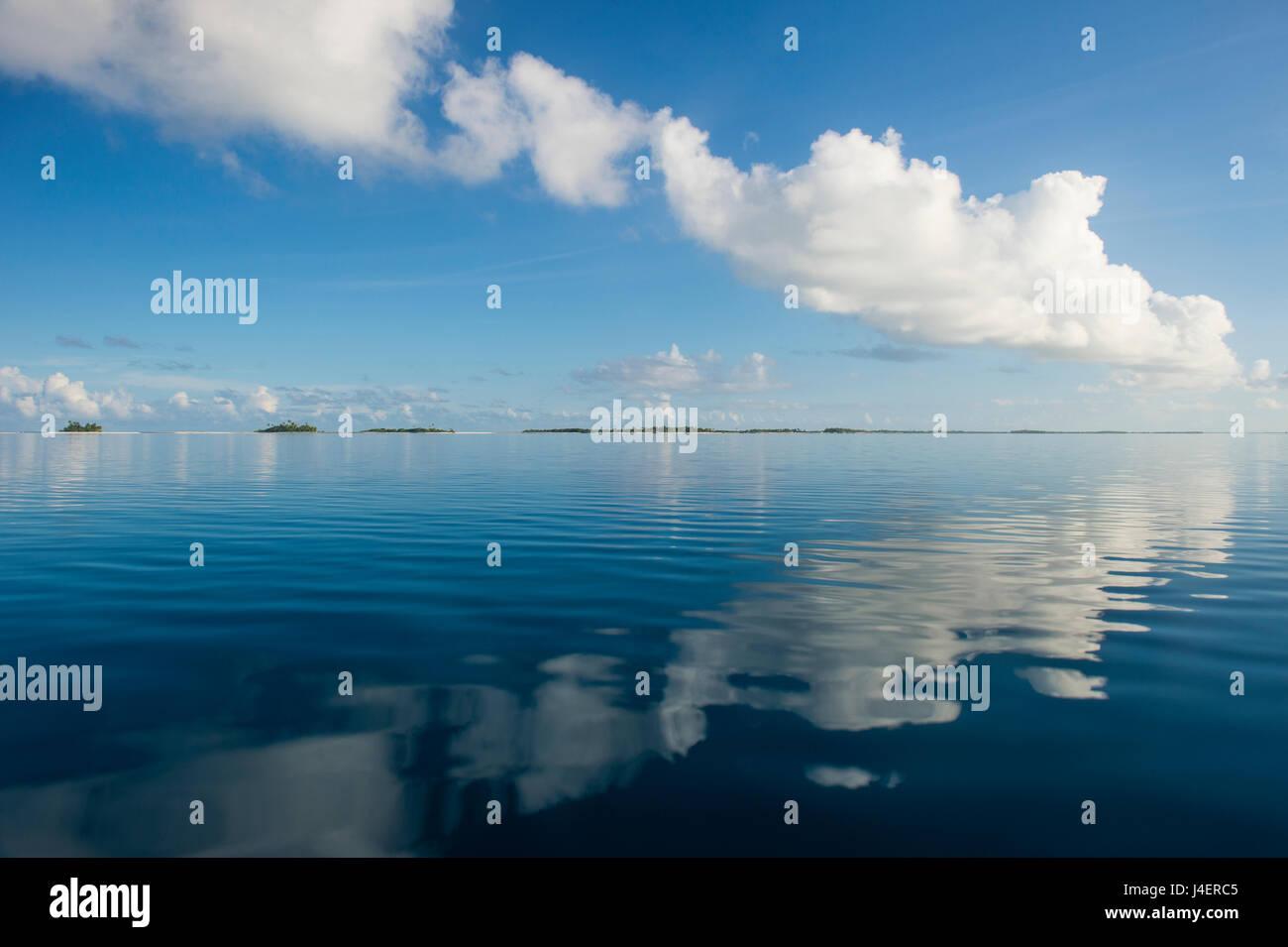 Wolken reflektieren in den ruhigen Gewässern der Tuamotus, Französisch-Polynesien, Tikehau, Pazifik Stockbild