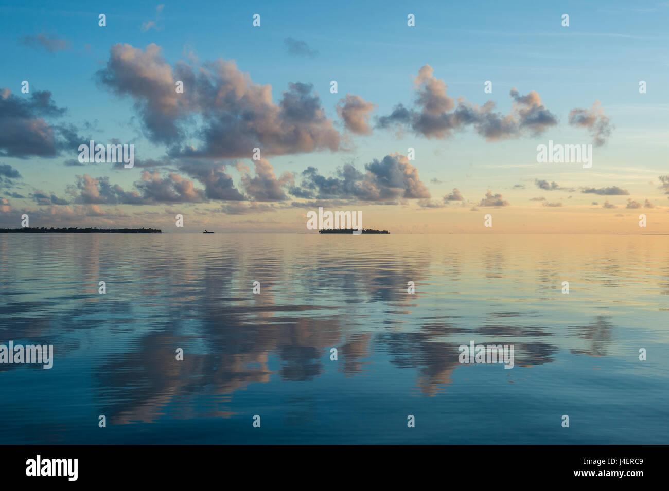 Sonnenuntergang über dem ruhigen Wasser des Pazifik, Französisch-Polynesien, Tuamotus, Tikehau Stockbild