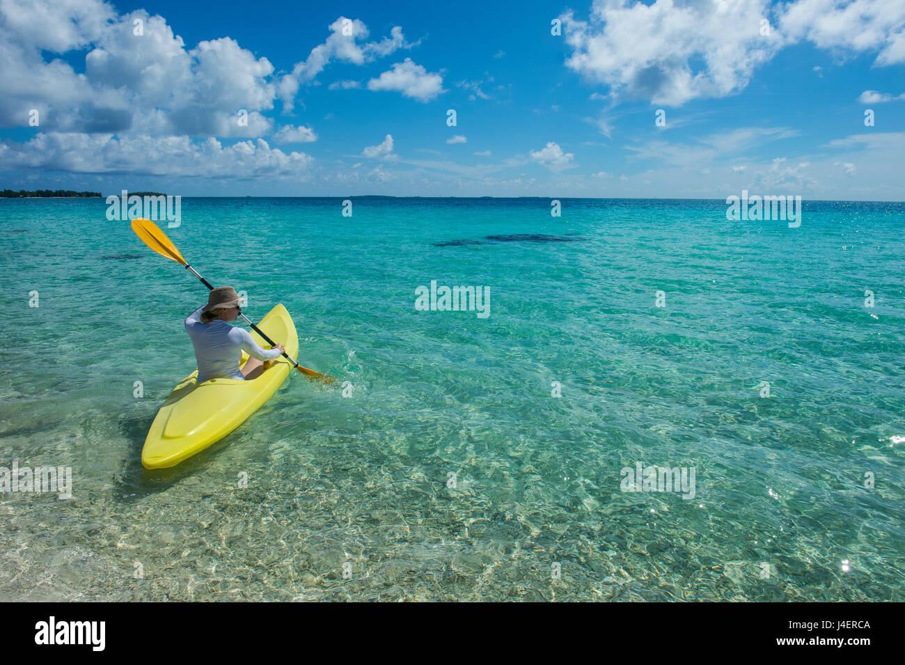 Frau in das türkisfarbene Wasser des Pazifik, Französisch-Polynesien, Tuamotus, Tikehau Kajak Stockbild