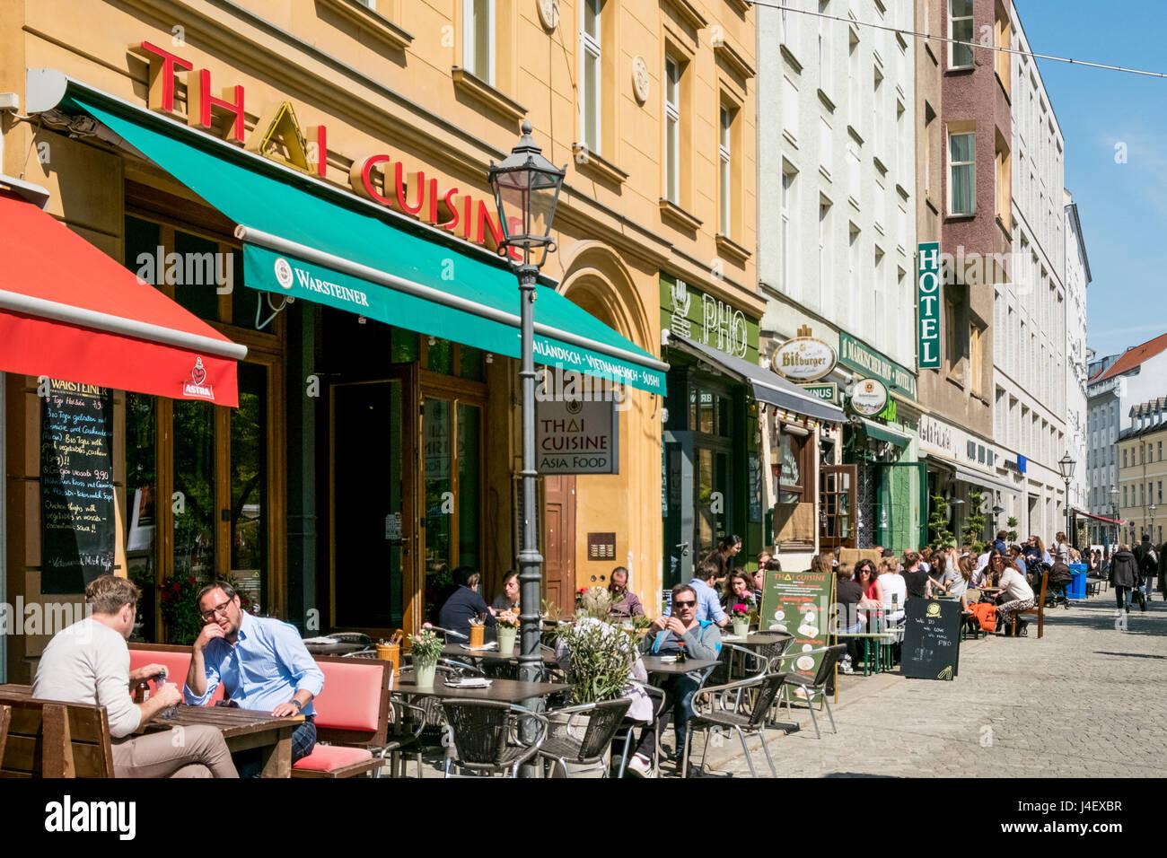 berlin deutschland 11 mai 2017 leute sitzen in restaurants und caf s in den stra en von. Black Bedroom Furniture Sets. Home Design Ideas