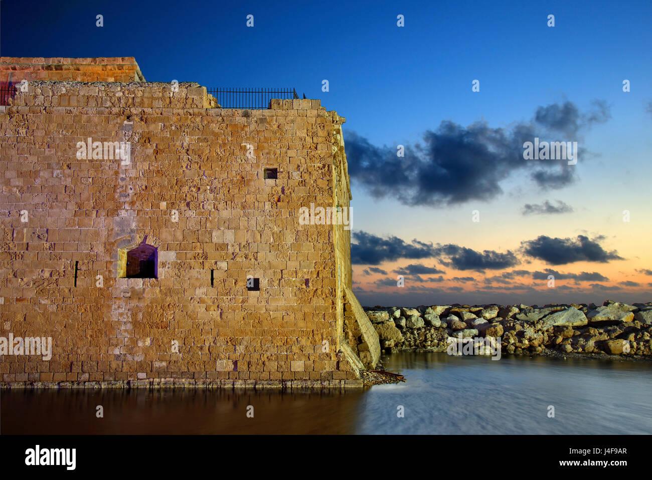 """Die Burg von Paphos, die """"blauen"""" Stunde, Zypern Paphos ist auf der 2 europäischen Kulturhauptstädte Stockbild"""