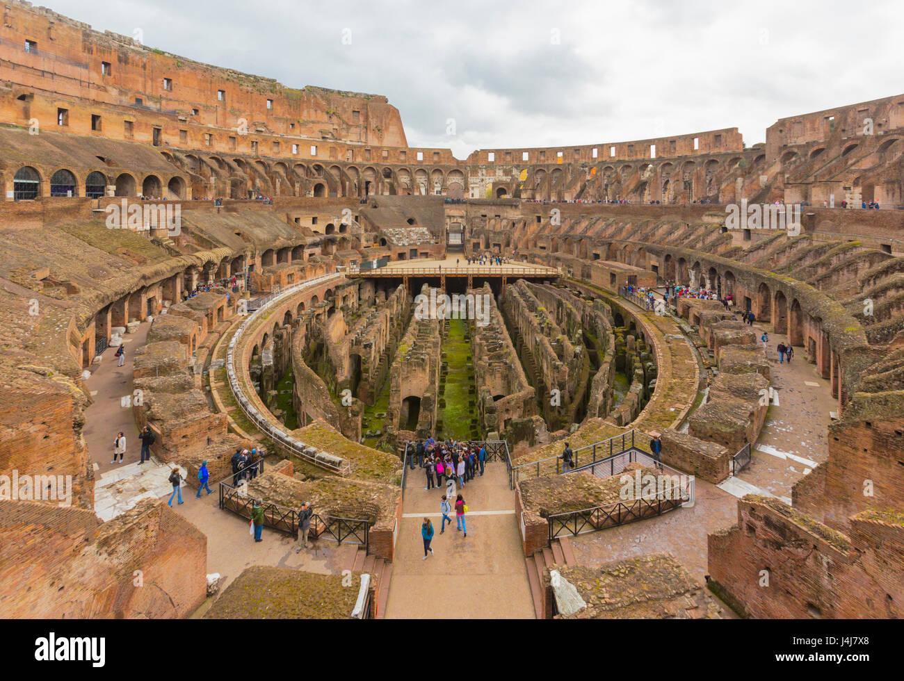 Rom, Italien.  Innenraum des Kolosseums. Das historische Zentrum von Rom ist ein UNESCO-Weltkulturerbe. Stockbild