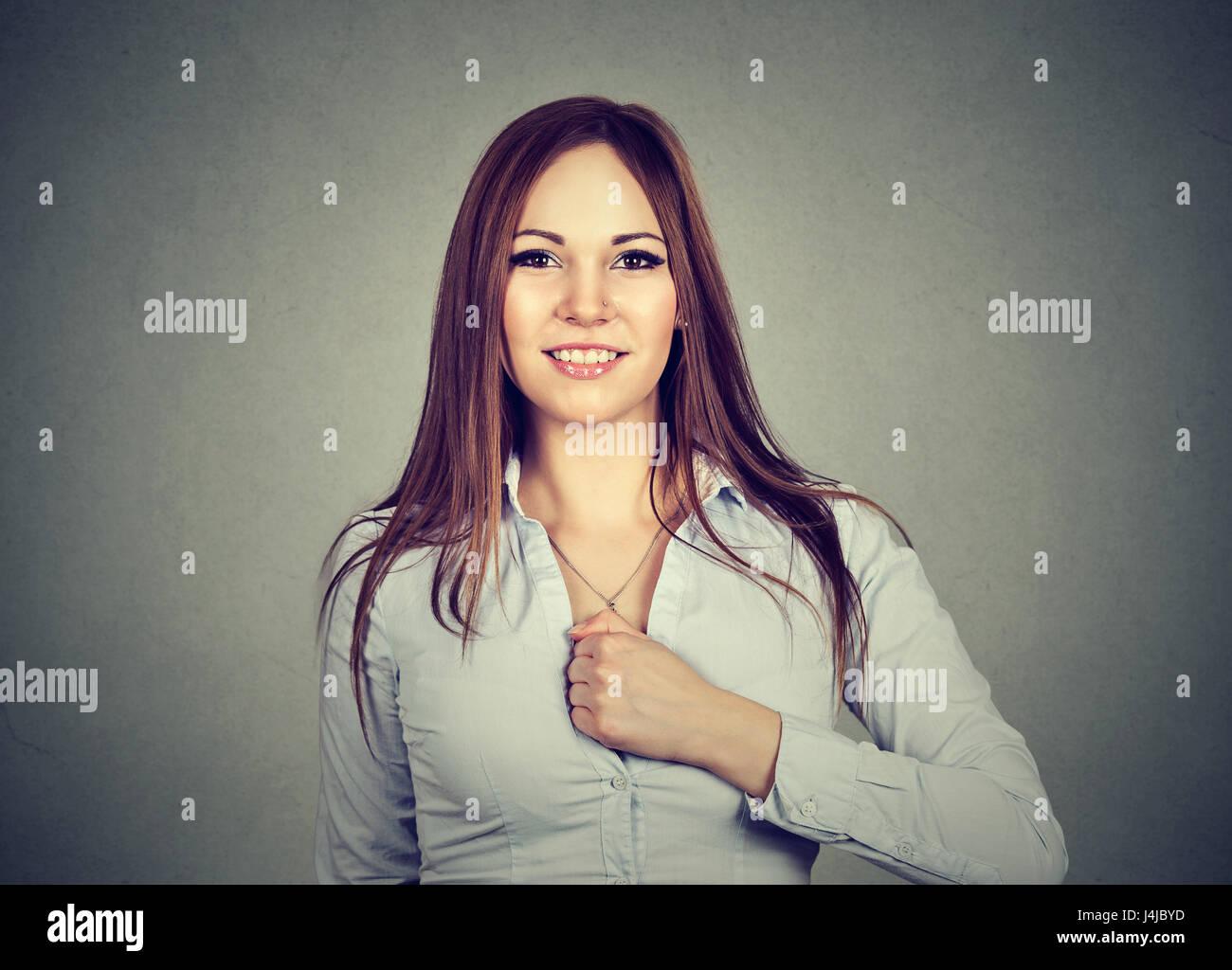 Selbstbewusste junge Frau bestimmt für einen Wechsel auf grauem Hintergrund isoliert Stockbild