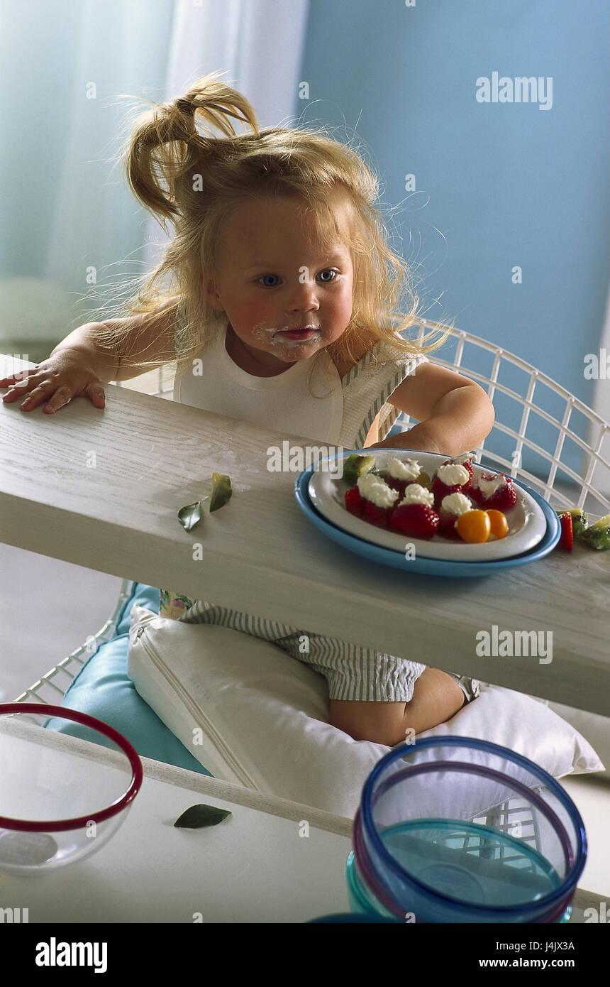 Kind Mädchen Stuhl Knien Ansicht Platte Erdbeeren Im Inneren