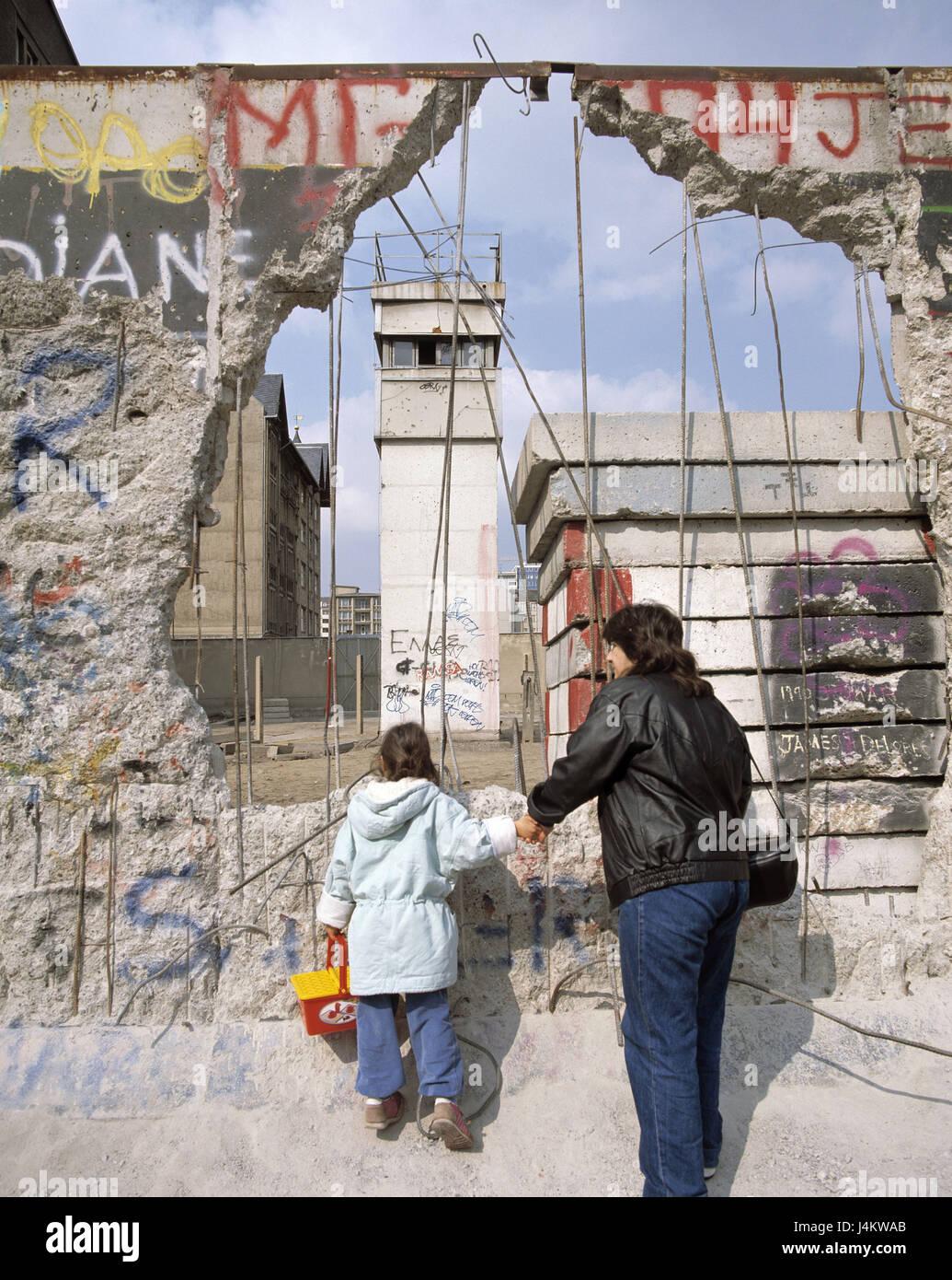 Deutschland, Berlin, Berliner Mauer, dem Mauerfall, 1989, Mutter, Kind, anzeigen, Ost Berlin, Wachturm, kein Model Stockbild