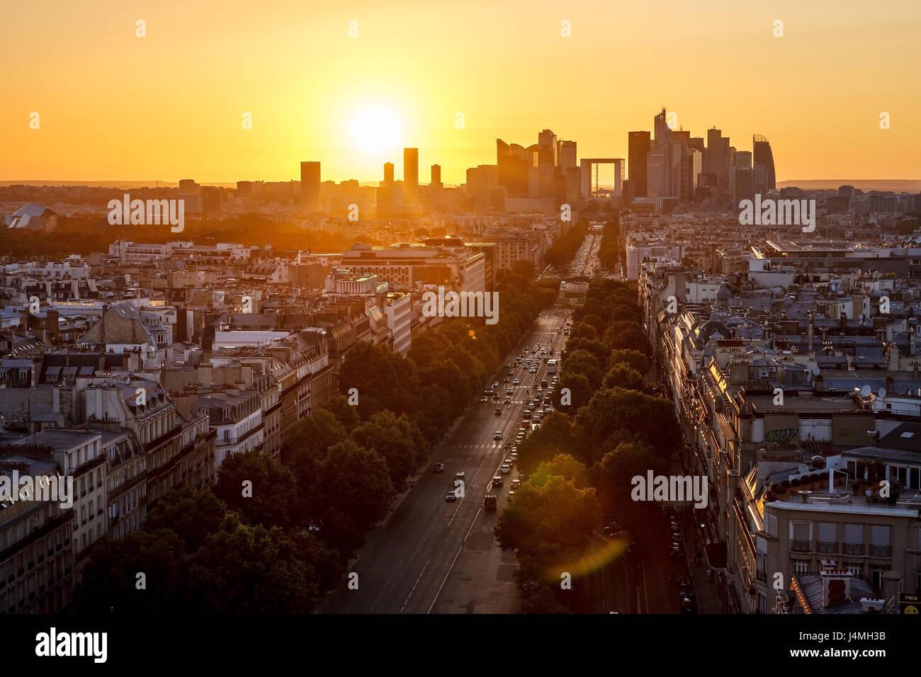 Avenue De La Grande Armee und La Défense Viertel in Paris bei Sonnenuntergang. Frankreich Stockbild