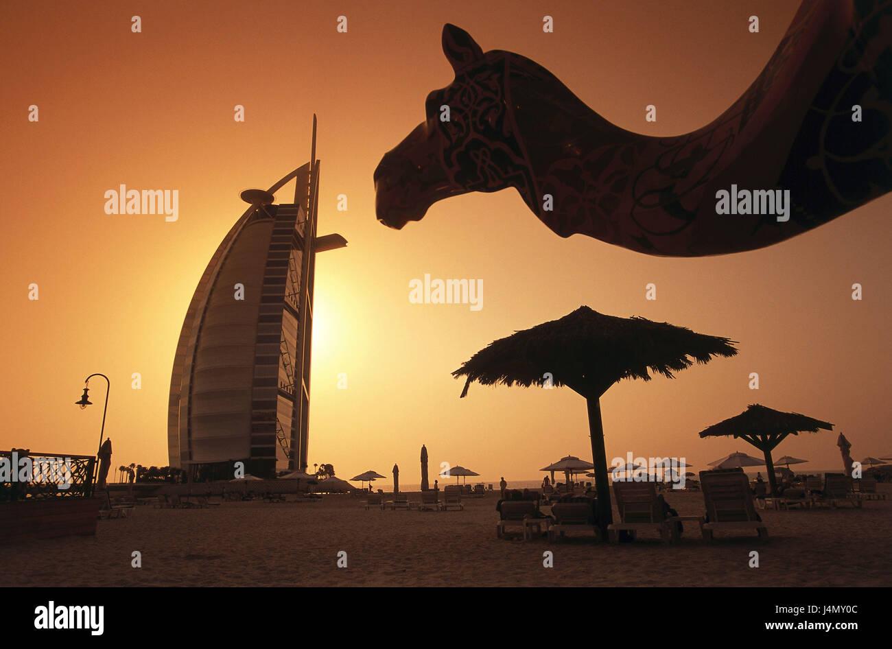 Vereinigte Arabische Emirate, Dubai, fünf-Sterne-Hotel Burj Al Arab, Palmen, Strand, Kamel, Sonnenuntergang Front Stockfoto