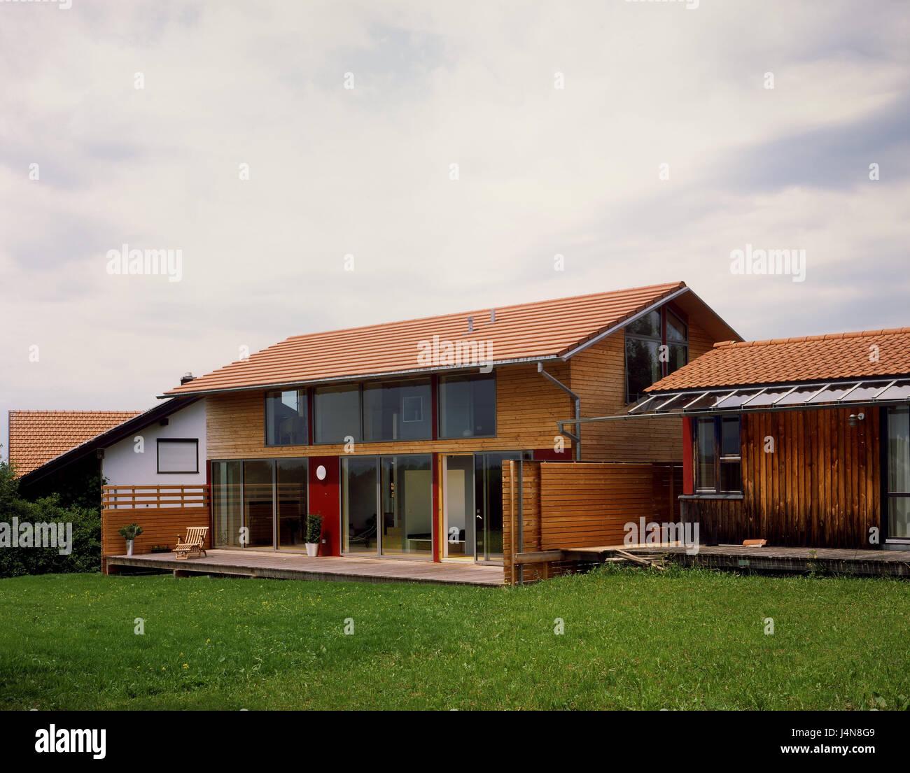 Wohnhaus eberle wetter boarding glasfront terrasse for Moderner baustil einfamilienhaus