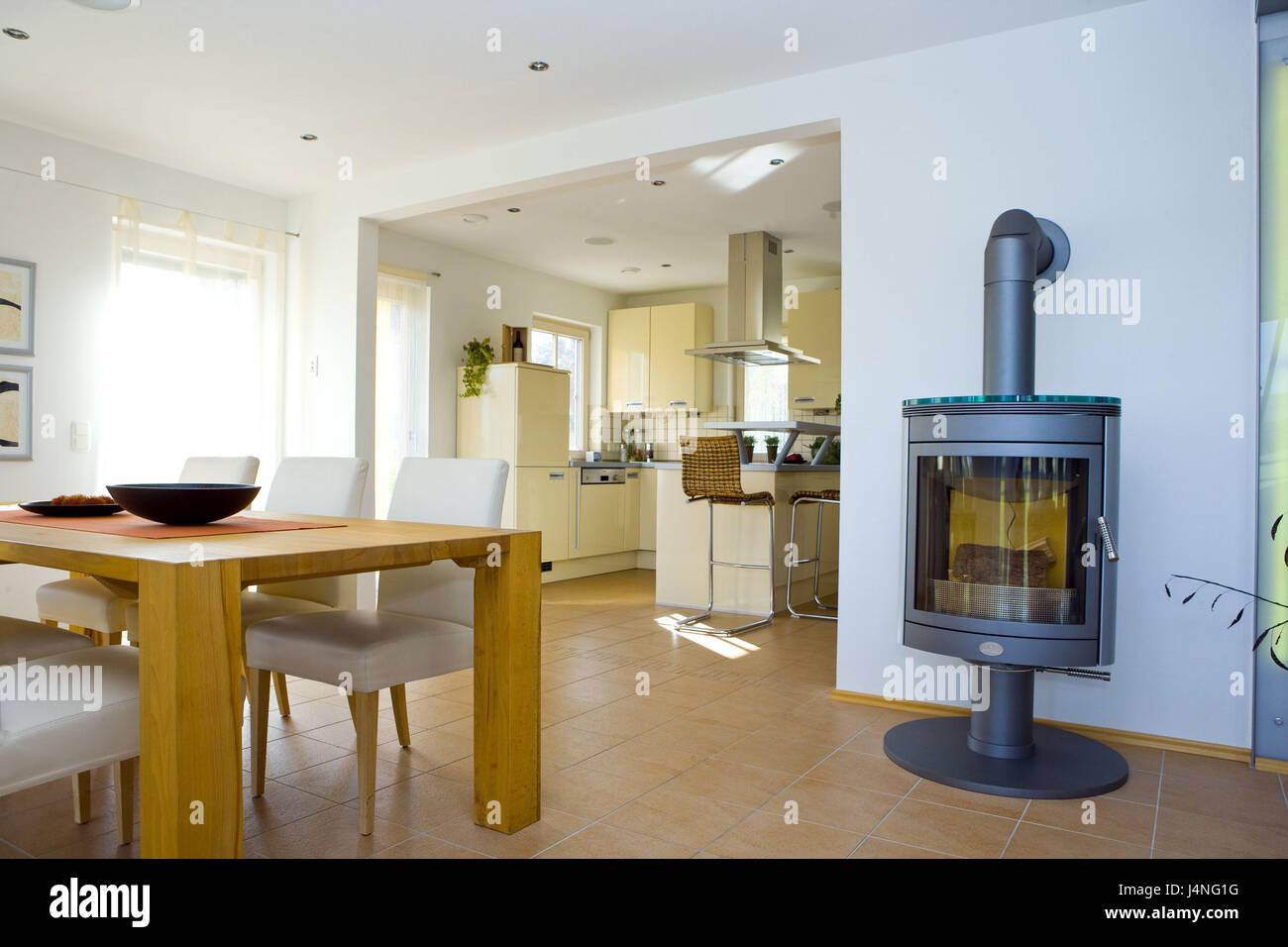 Wohnzimmer, Esstisch quadratisch, Schweden Ofen Stockfoto, Bild ...