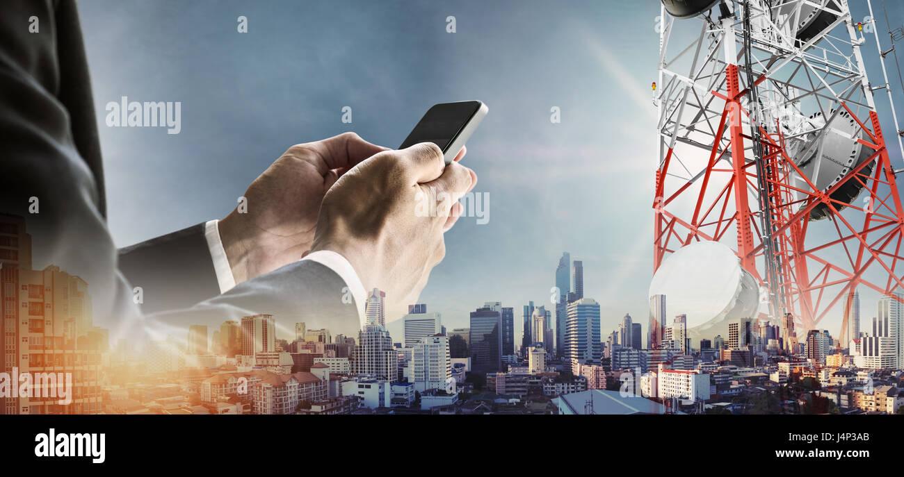 Geschäftsmann mit Smartphone mit modernen Stadtbild Doppelbelichtung im Sonnenaufgang und Telekommunikation Stockbild