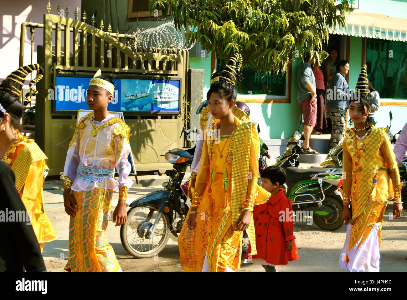 Hochzeit Prozession in traditioneller Kleidung, Old Bagan, Myanmar ...