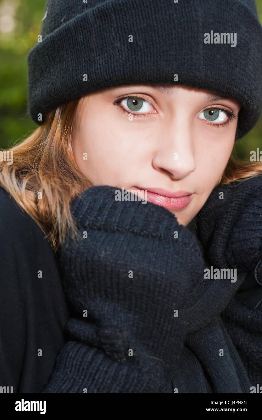 Junge Teen trägt Winter Handschuhe, Schal und Mütze Stockbild