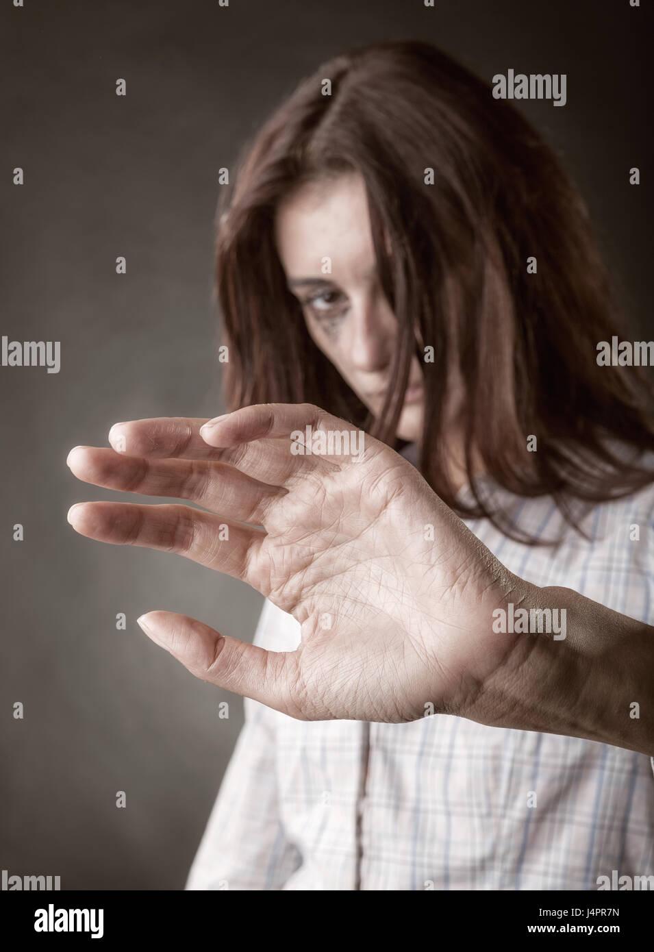 Schöne Frau Opfer von häuslicher Gewalt und Missbrauch. Konzentrieren Sie sich auf Seite Stockbild