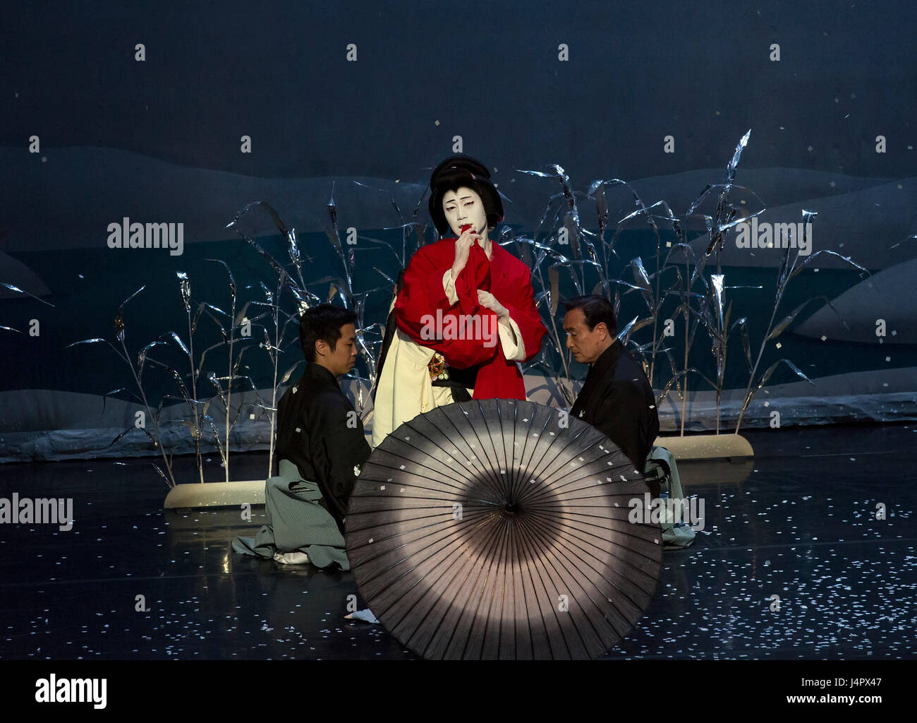 kabuki dance performance on stage stockfotos und bilder