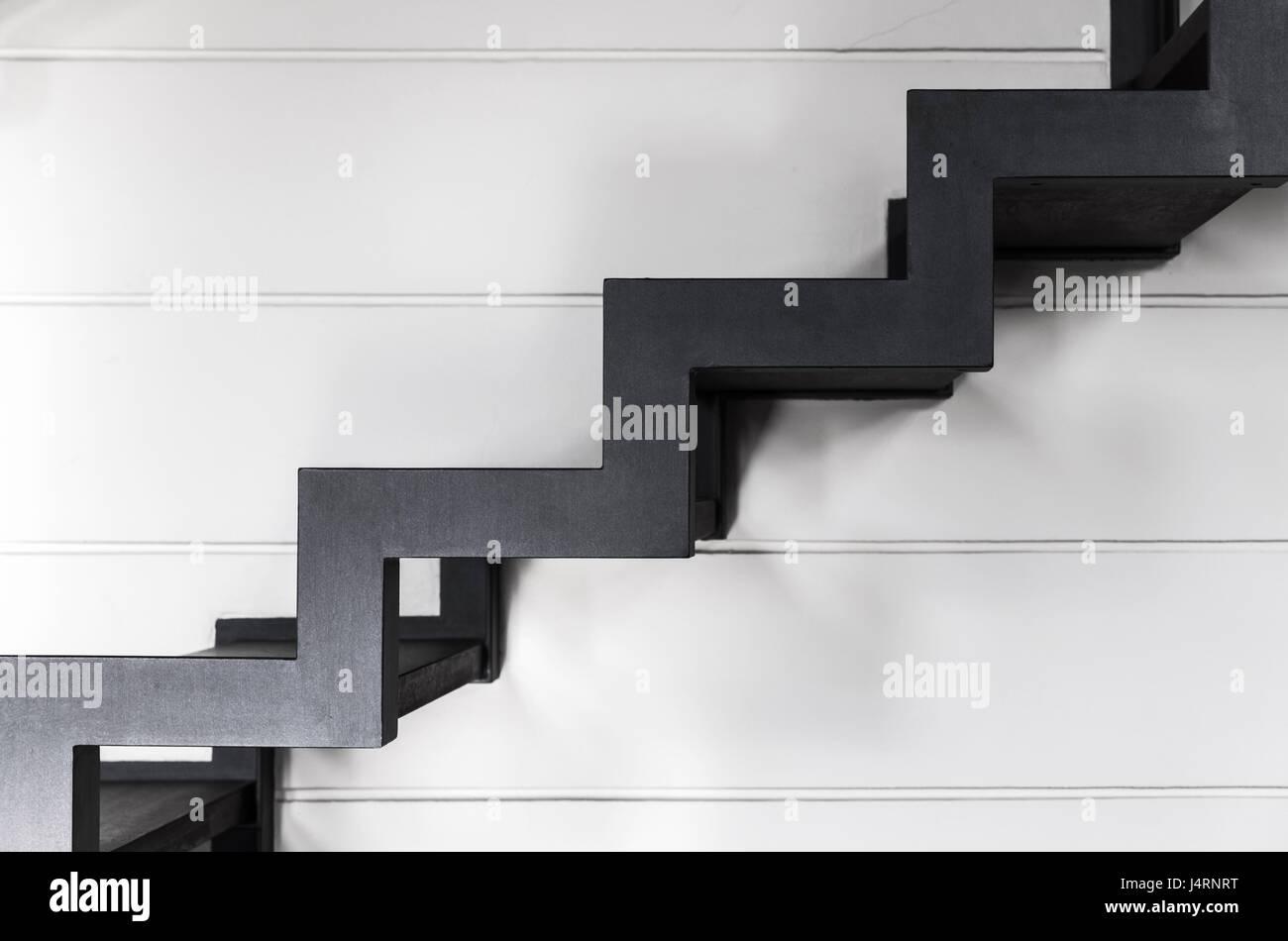 Treppen aus schwarzen Metallrahmen und Holzbohlen nach oben geht ...
