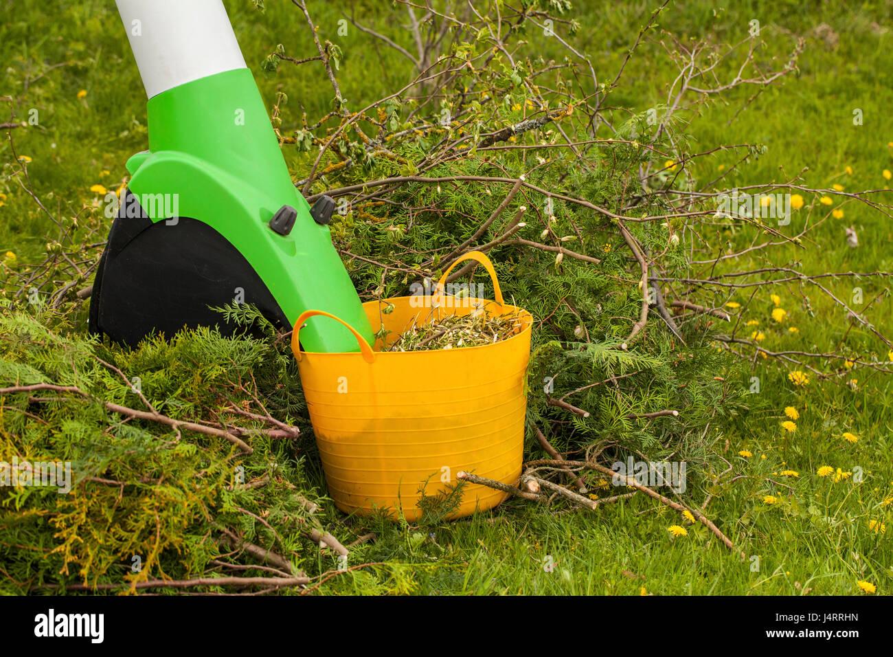 elektro garten häcksler in einem frühlingsgarten stockfoto, bild