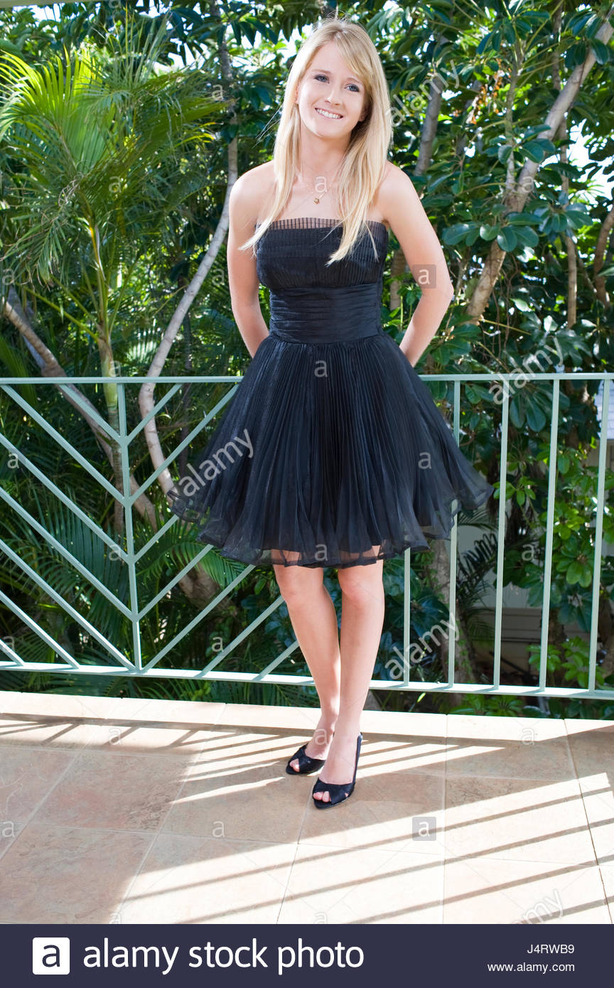 Blonde Teen Schwarzes Kleid