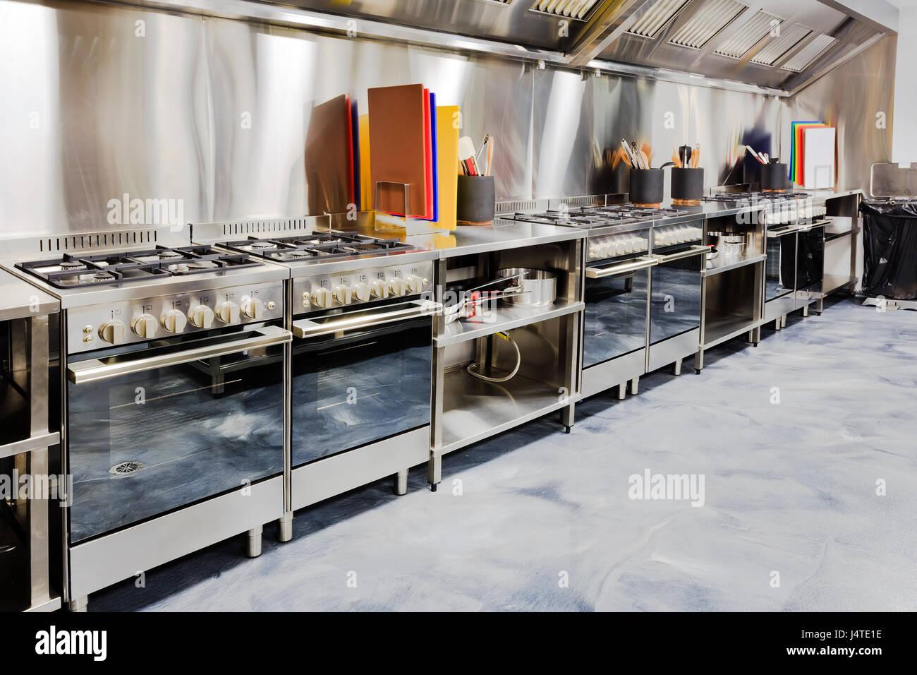 Küche Küchengeräte und Werkzeuge in brandneuen glänzenden saubere ...