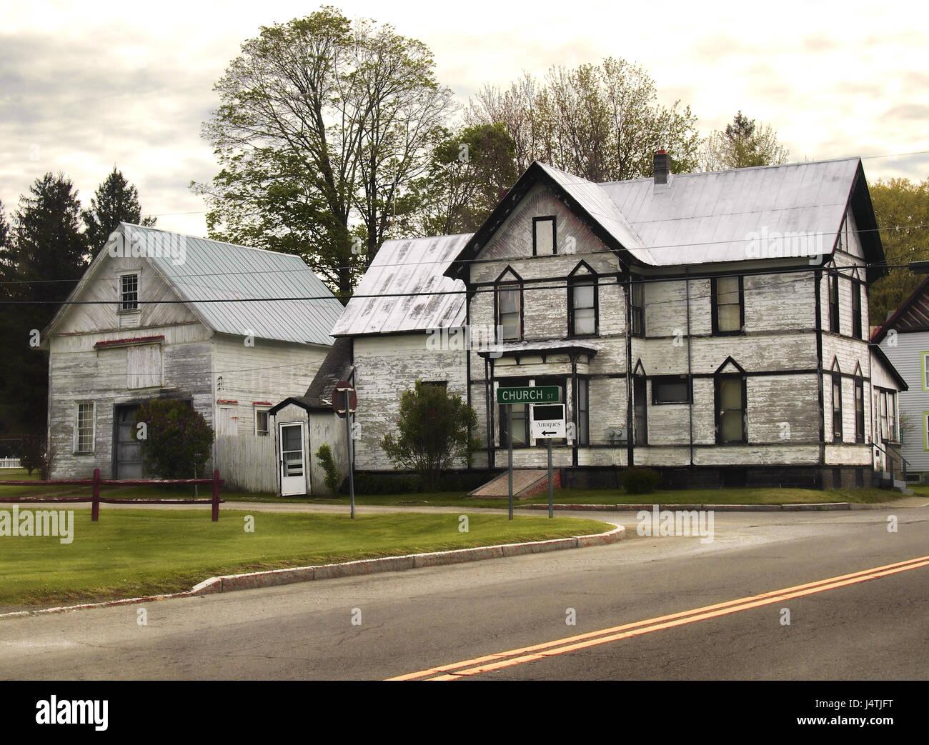 Verlassenes Haus Und Scheune In Eine Landliche Kleinstadt Stockfoto