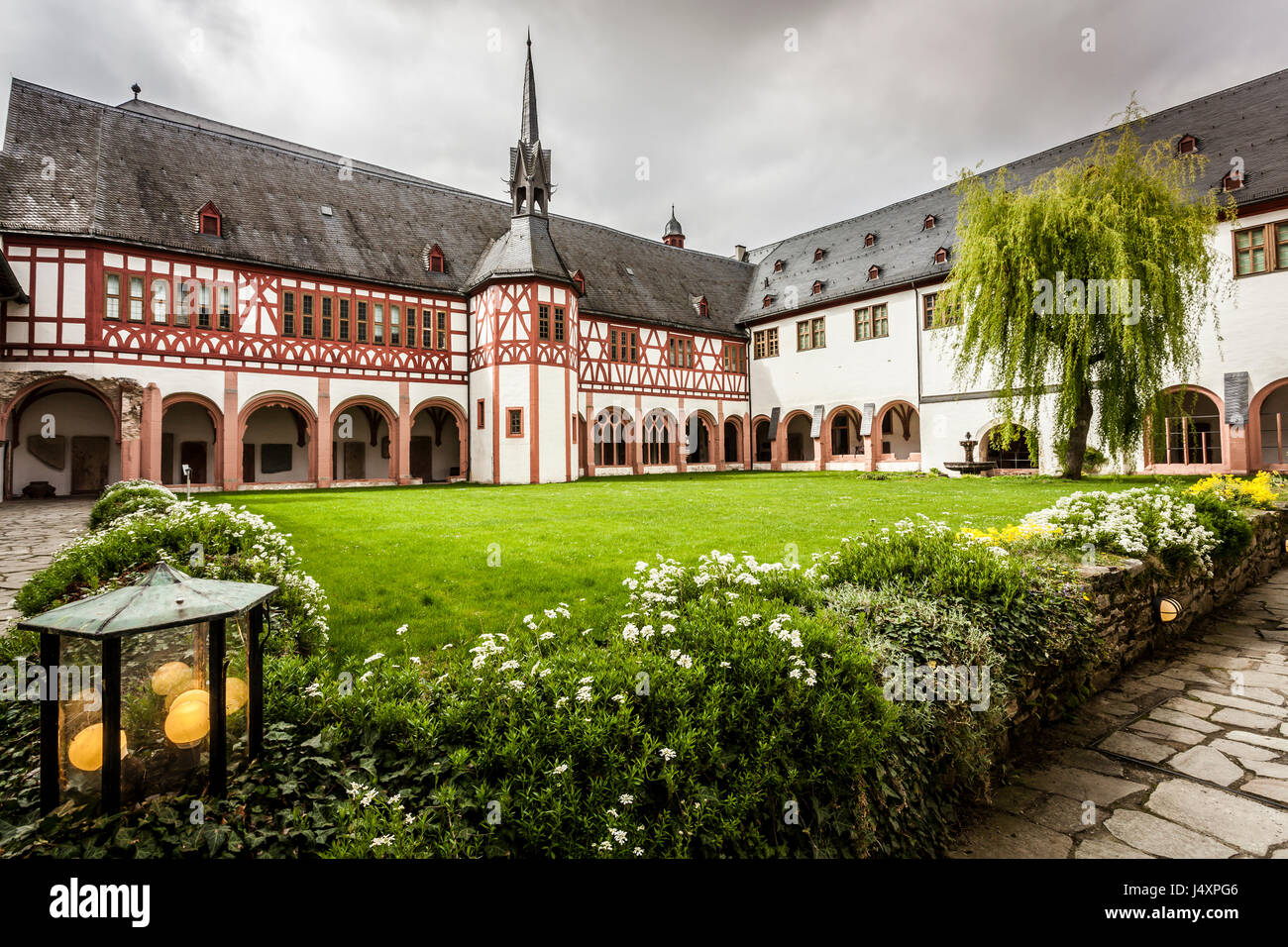 blick auf das kloster eberbach kloster eltville am rhein rheingau hessen deutschland stockfoto. Black Bedroom Furniture Sets. Home Design Ideas