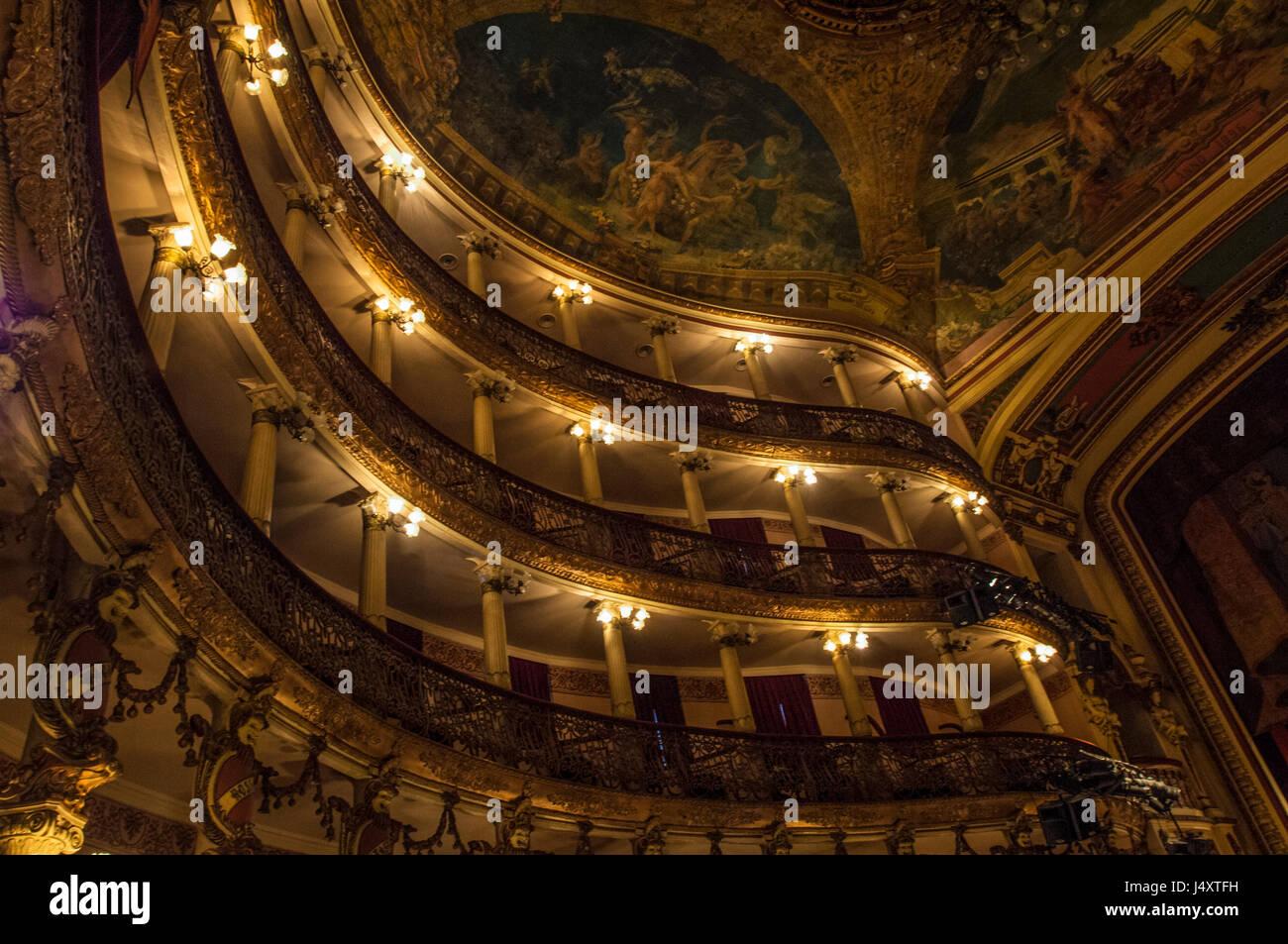 Blick ins Innere des Teatro Amazonas unter seine elektrische Beleuchtung Stockbild