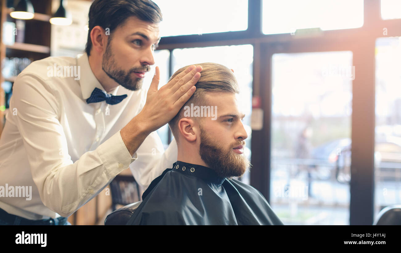 Junger Mann im Barbershop Haar-Pflege-Service-Konzept Stockbild