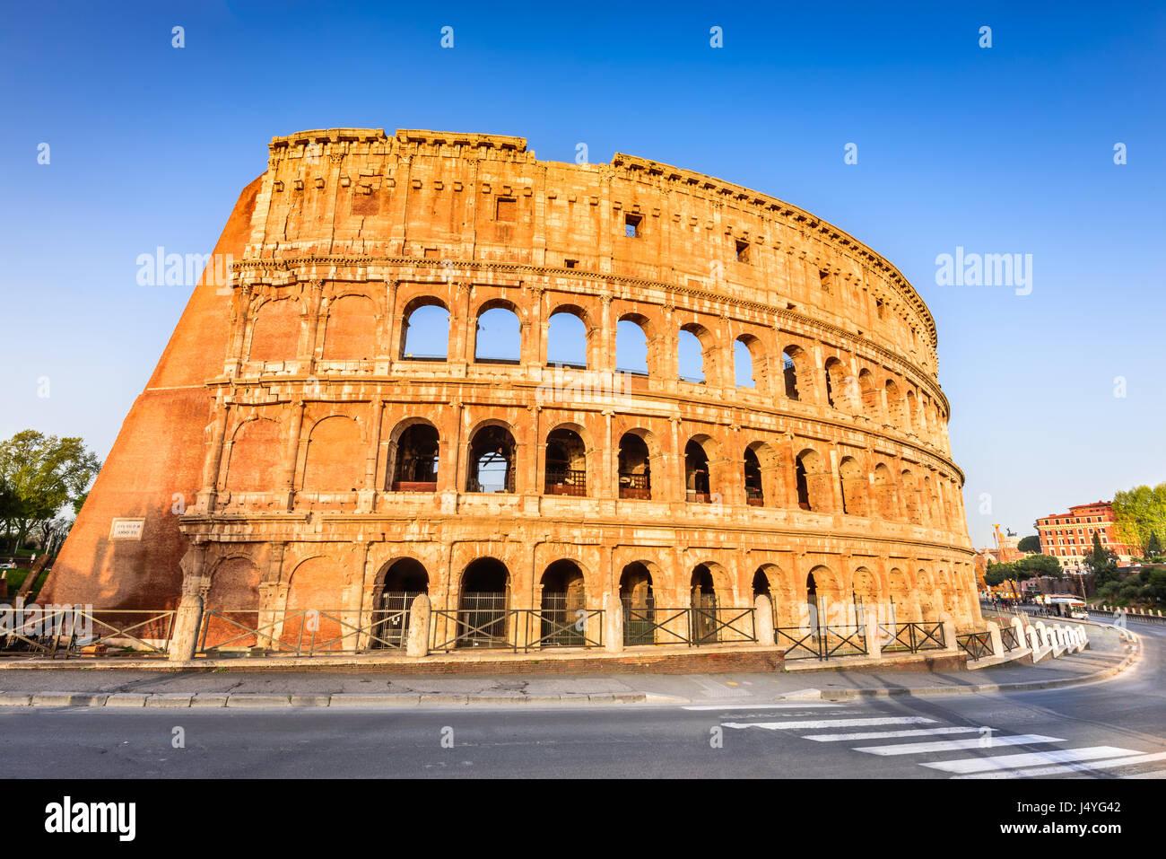Rom, Italien. Kolosseum in Rom, Italien. Symbol der antiken Stadt. Amphitheater im Sonnenaufgang Licht. Stockbild