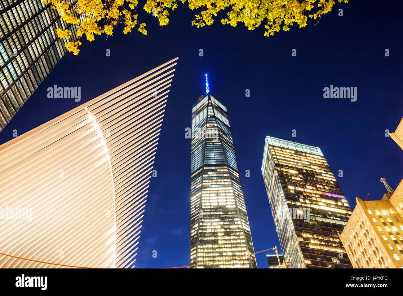 One World Trade Center bei Nacht Stockbild