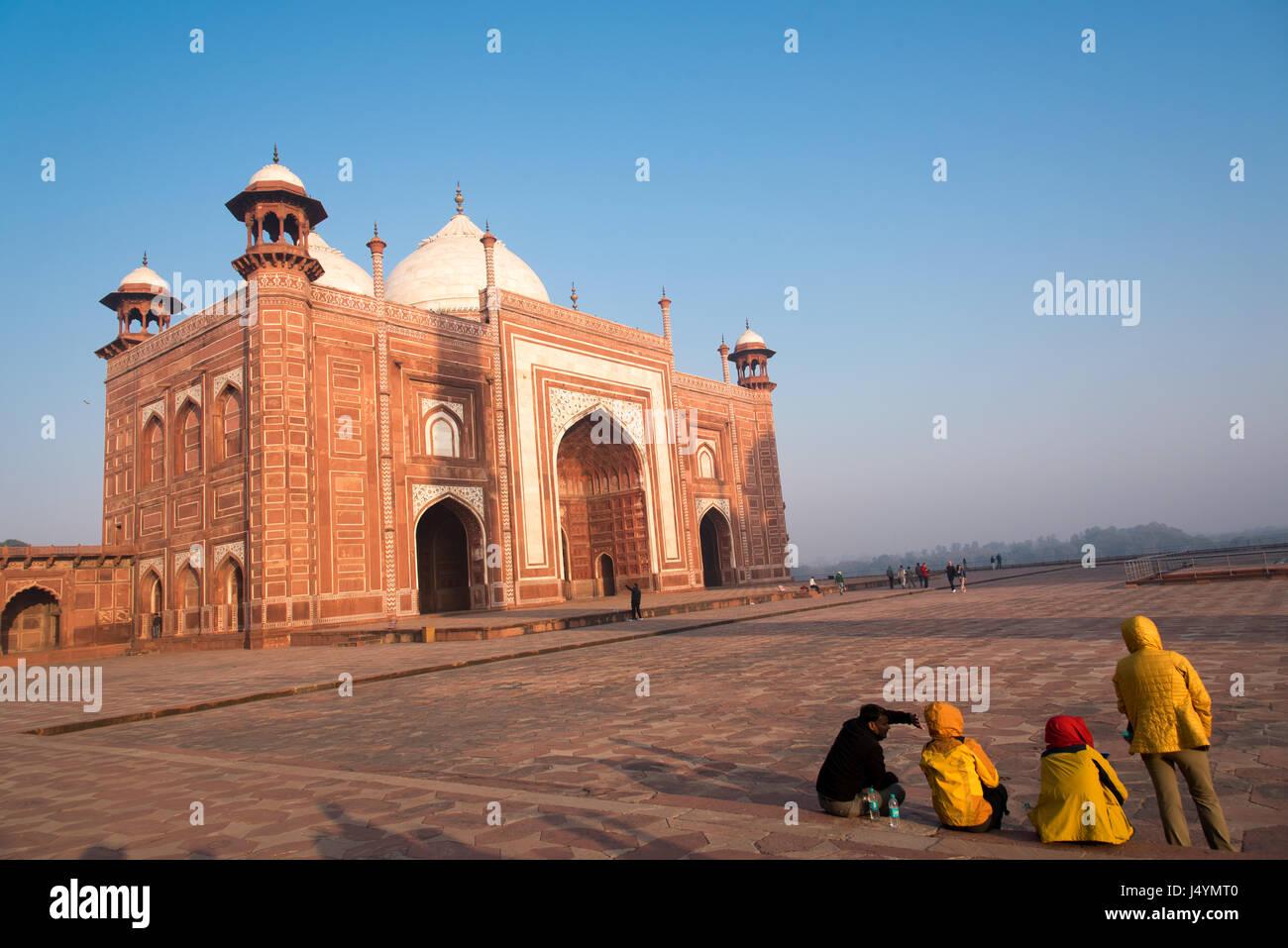 Menschen genießen den Blick auf das Taj Mahal Moschee in Agra, Indien Stockbild