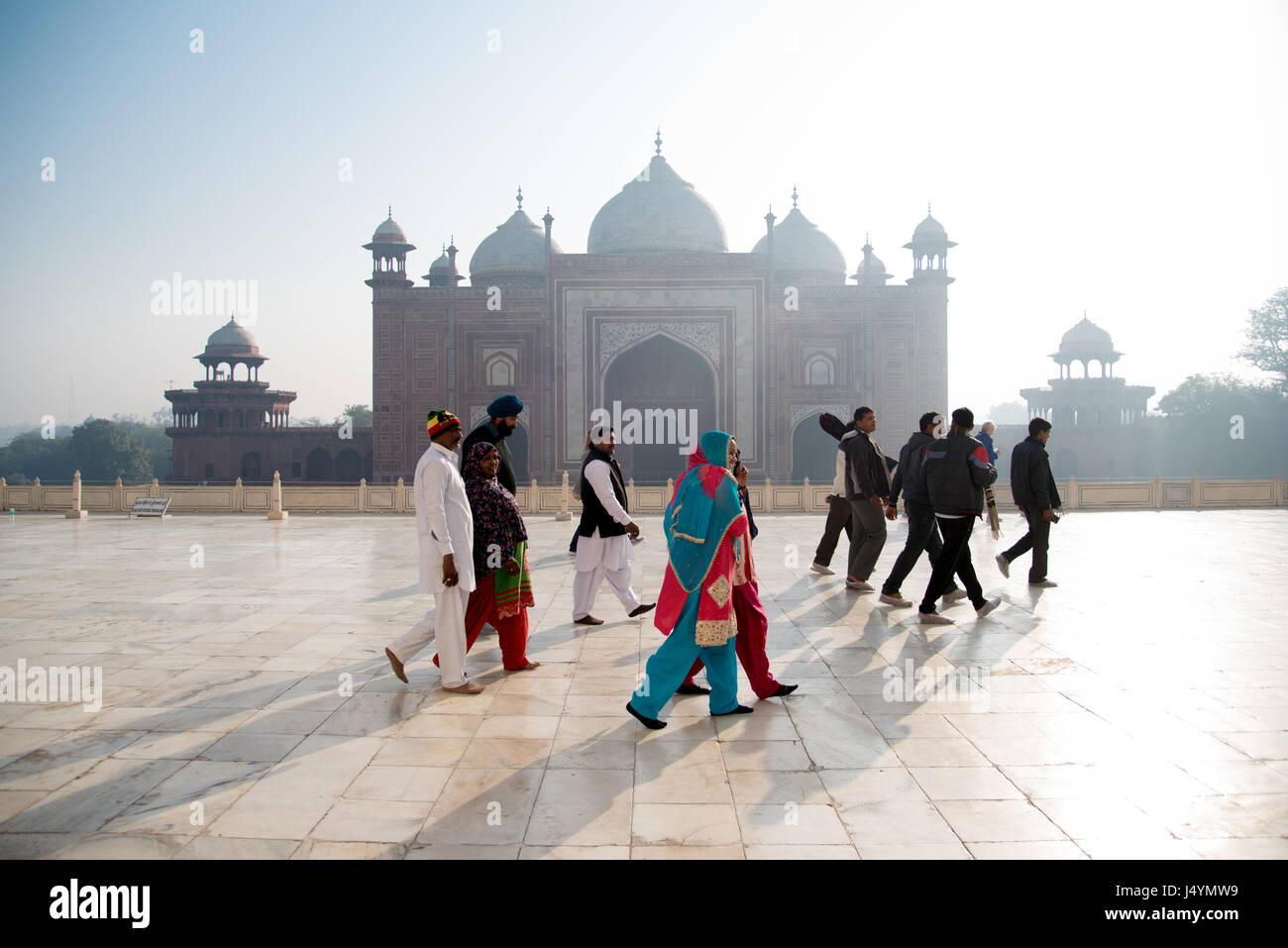 Gruppe von Touristen in bunte Kleidung am Taj Mahal in Agra, Indien Komplex Stockbild
