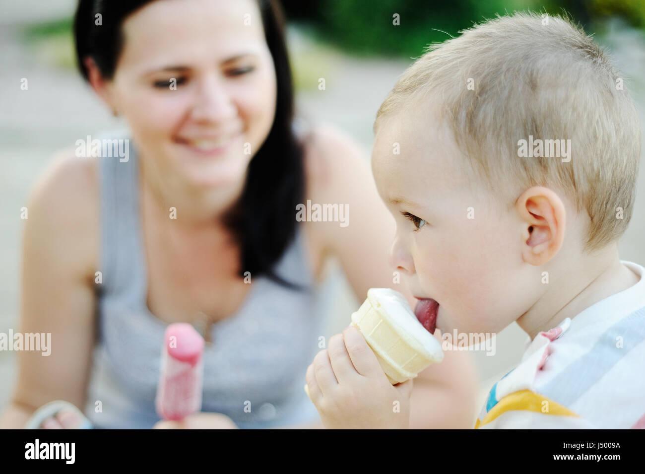 Baby und Mama Eis essen Stockbild
