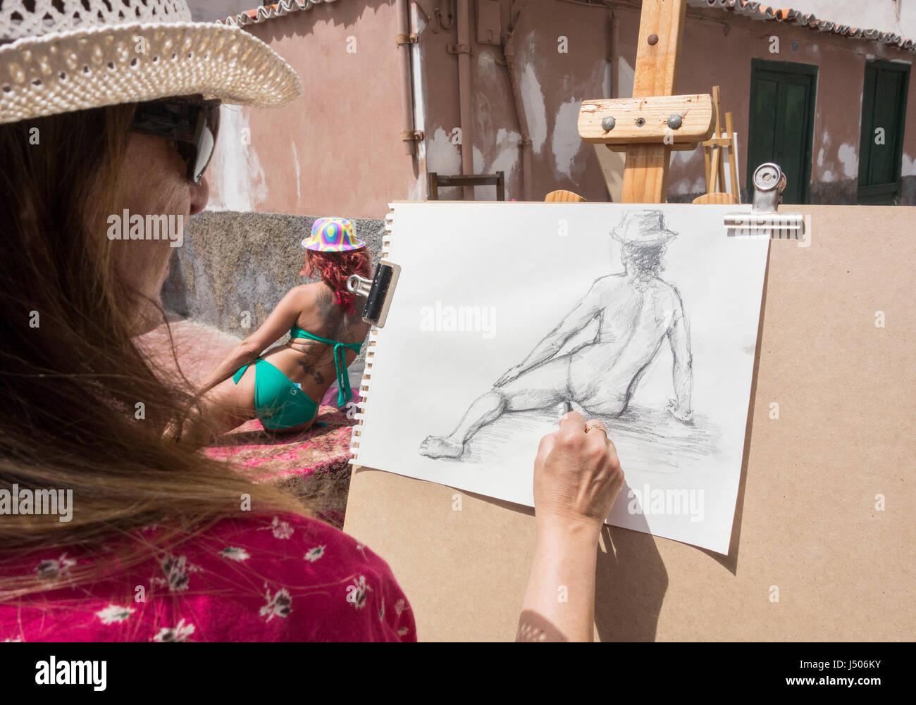 Ein Modell posiert für Künstler im internationalen Straßenkunstfestivals in Spanien Stockbild
