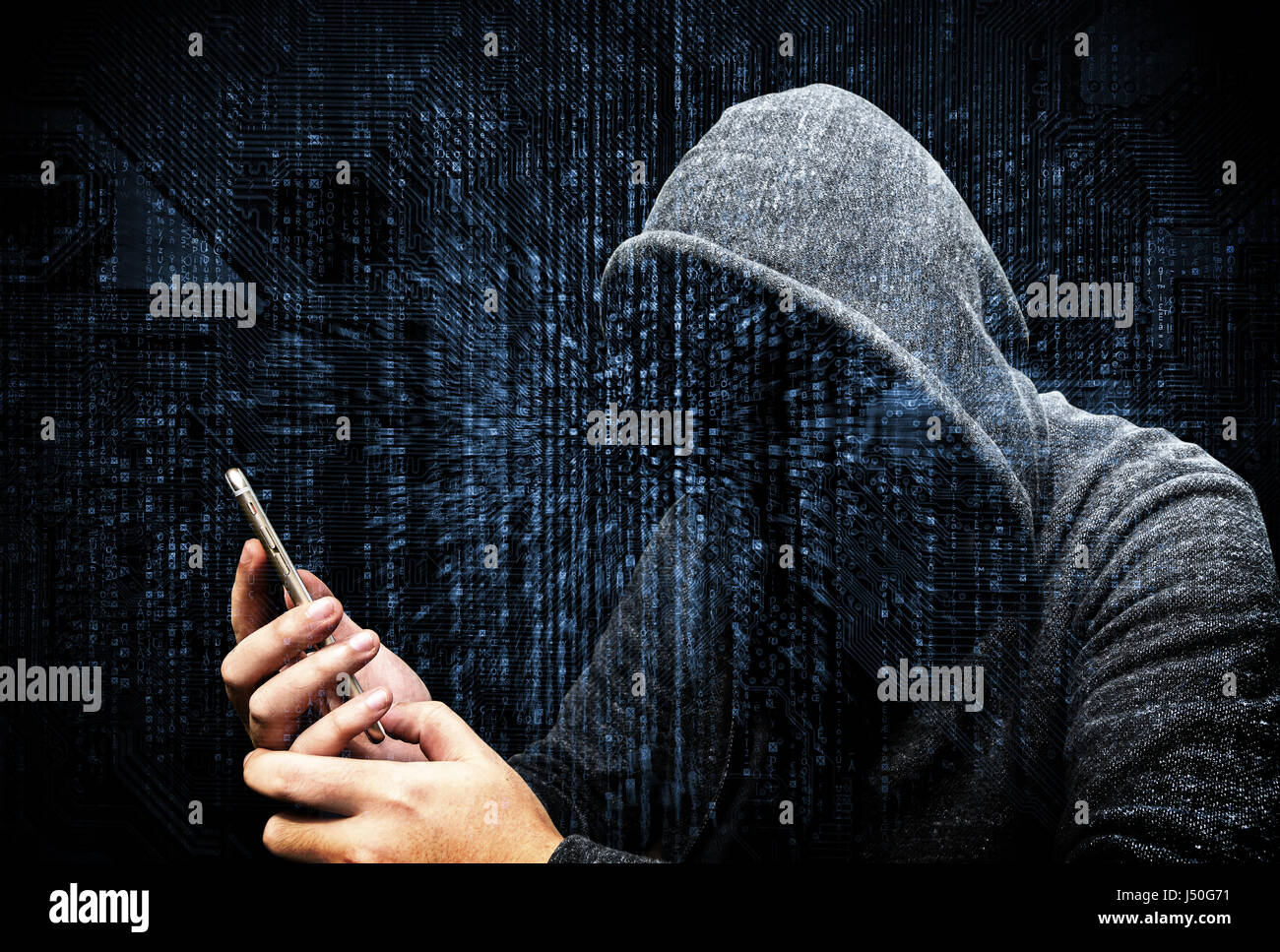 Doppelbelichtung von vermummten Cyber-Kriminalität Hacker mit Handy Internet hacking in den Cyberspace, Online-Daten Stockfoto